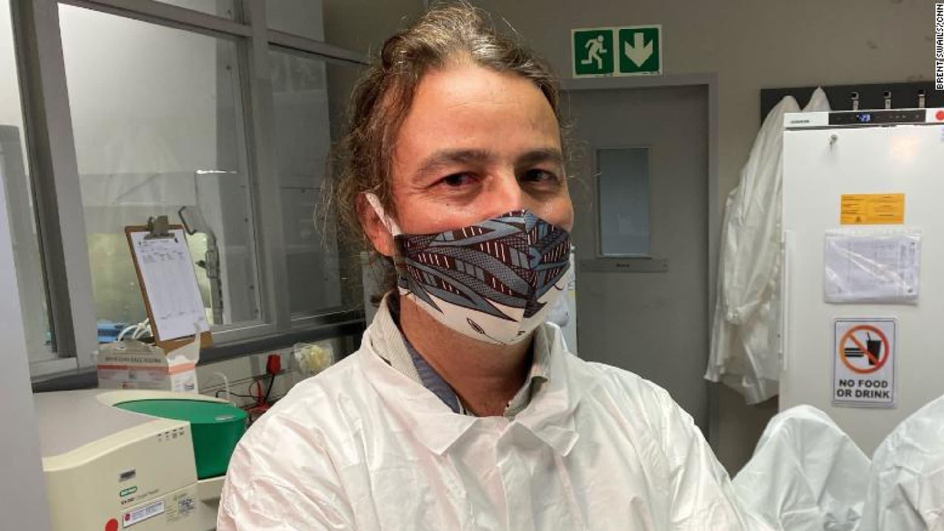 برهان على زجاجة نبيذ..هكذا بدأ اكتشاف سلالة أخرى من فيروس كورونا بجنوب أفريقيا مشابهة للسلالة البريطانية