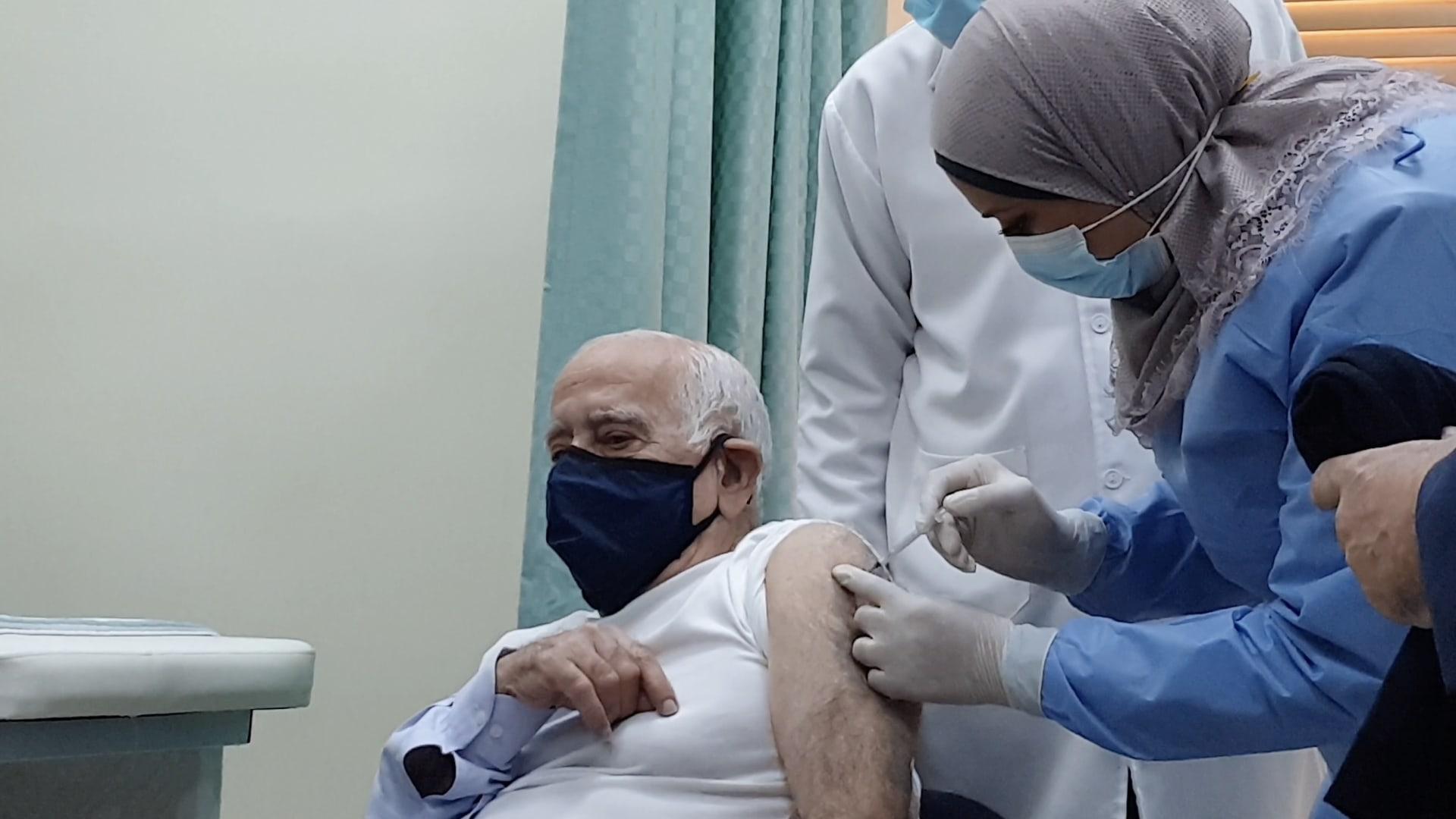"""أول الحاصلين على لقاح كورونا في الأردن..الطبيب حنانيا: """"إننا في أول الطريق للتعافي"""""""