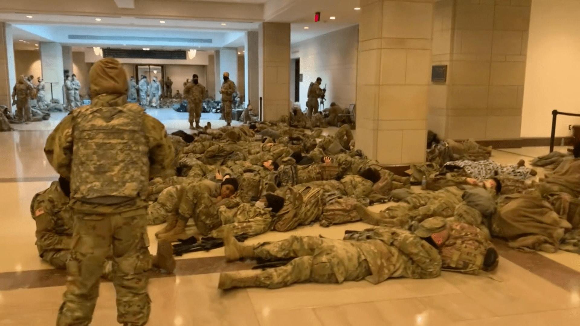 """""""مشهد لم أره منذ هجمات 11 سبتمبر"""".. رد فعل مذيعة CNN على فيديو جنود يفترشون الأرض في الكابيتول"""