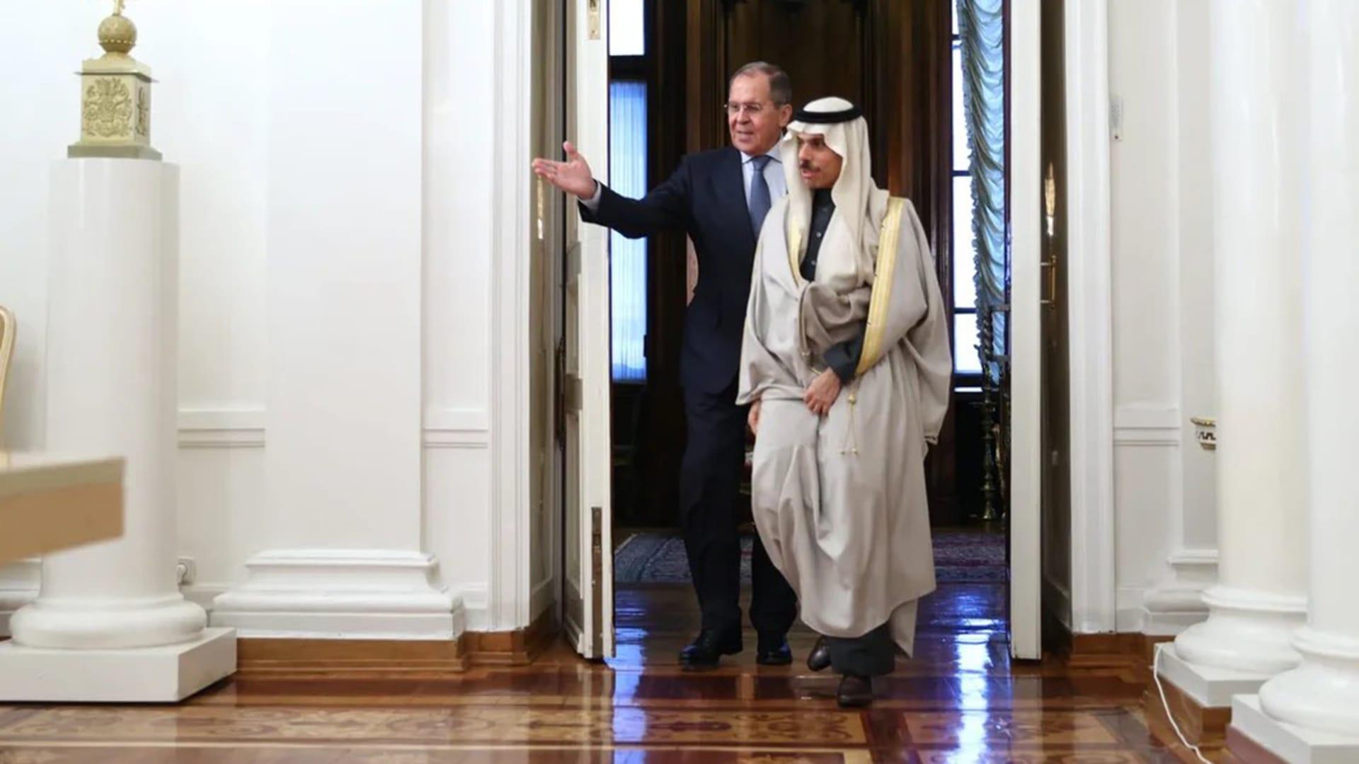 """وزير الخارجية السعودي يلتقي نظيره الروسي.. ويهاجم تدخلات إيران """"المدمرة"""""""