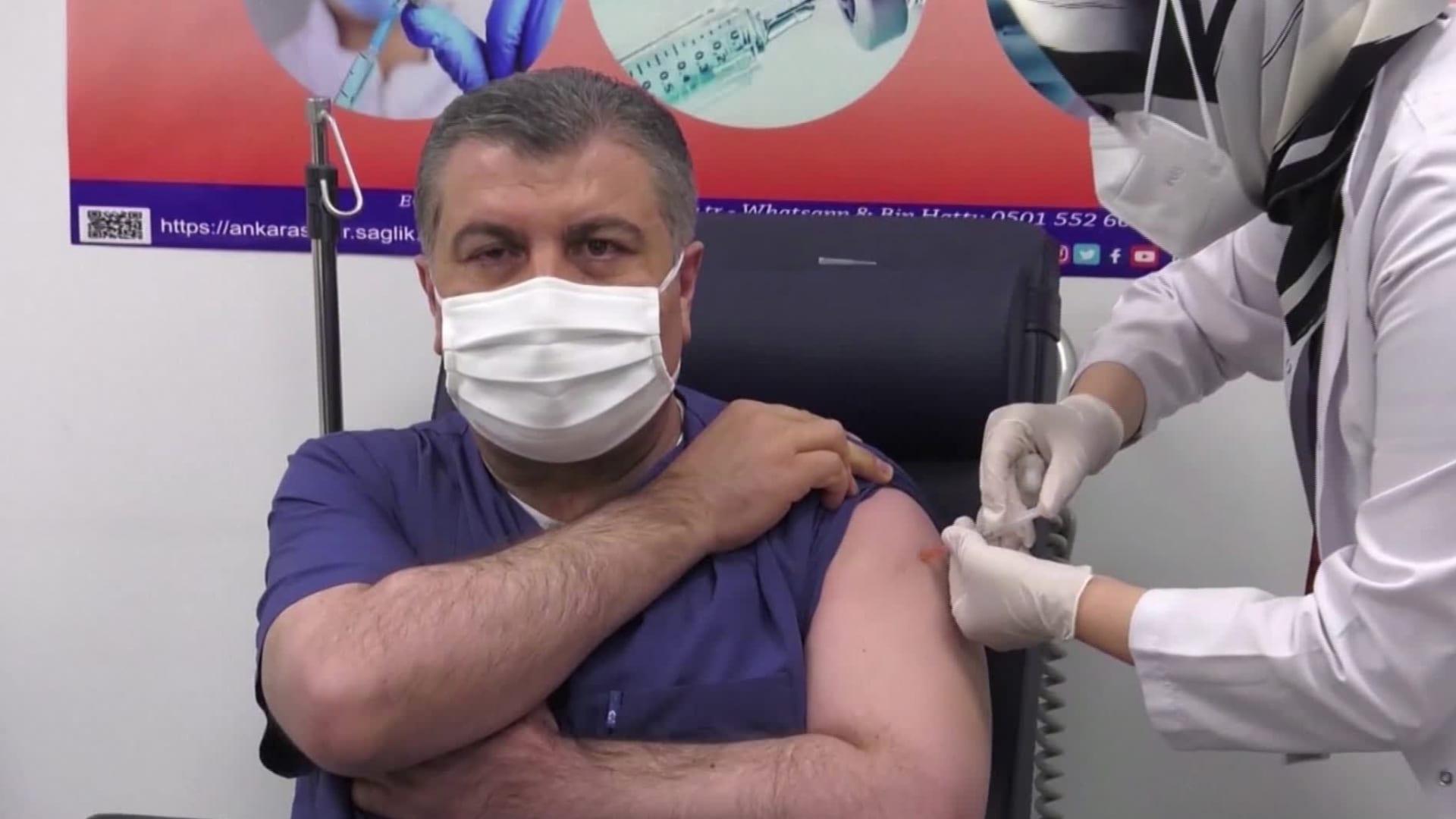 """تركيا تبدأ حملة تطعيم بلقاح """"سينوفاك"""" الصيني.. ووزير الصحة يتلقاه على الهواء"""