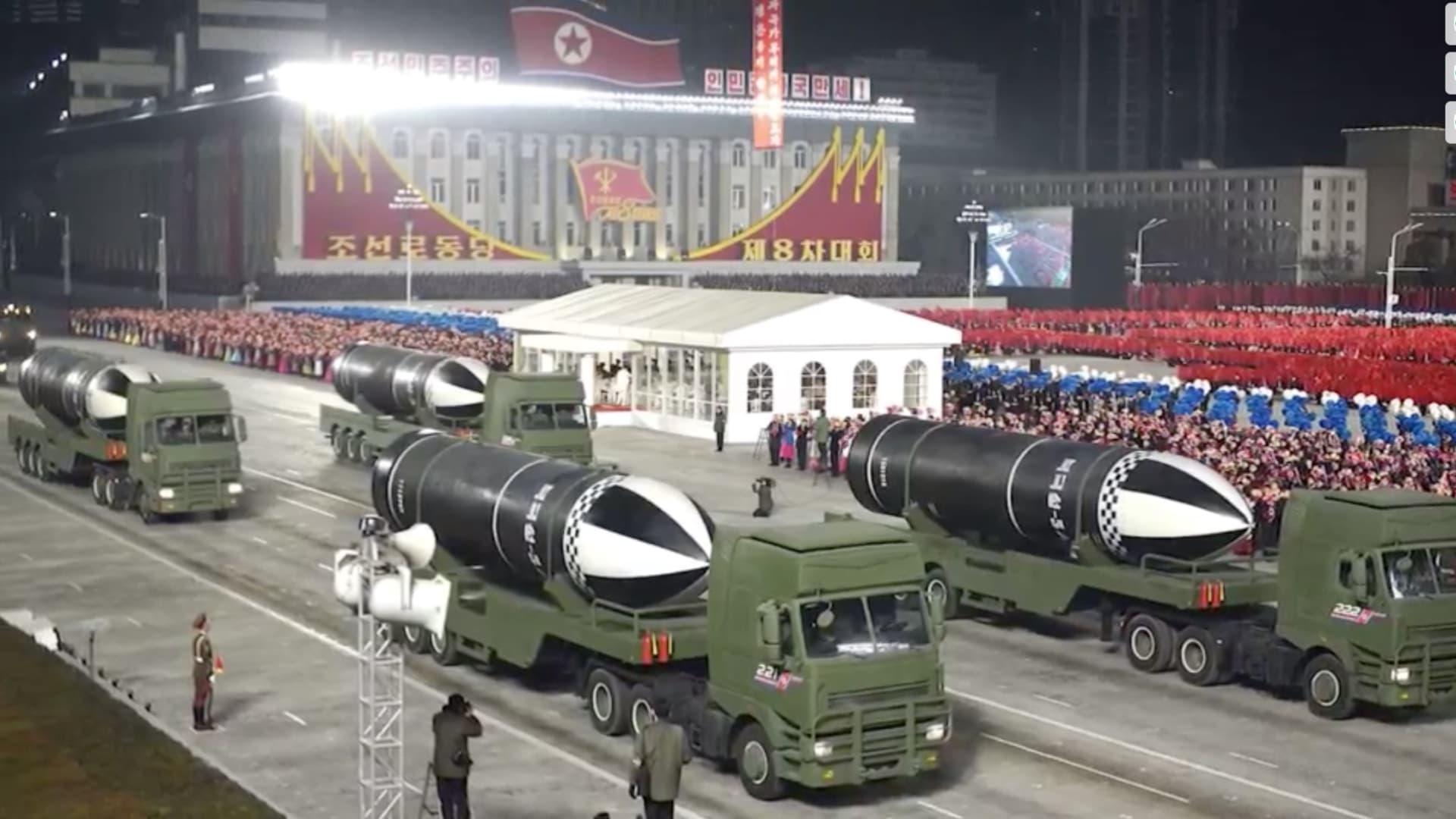 """""""أقوى سلاح في العالم"""".. كوريا الشمالية تكشف عن صاروخ باليستي جديد"""