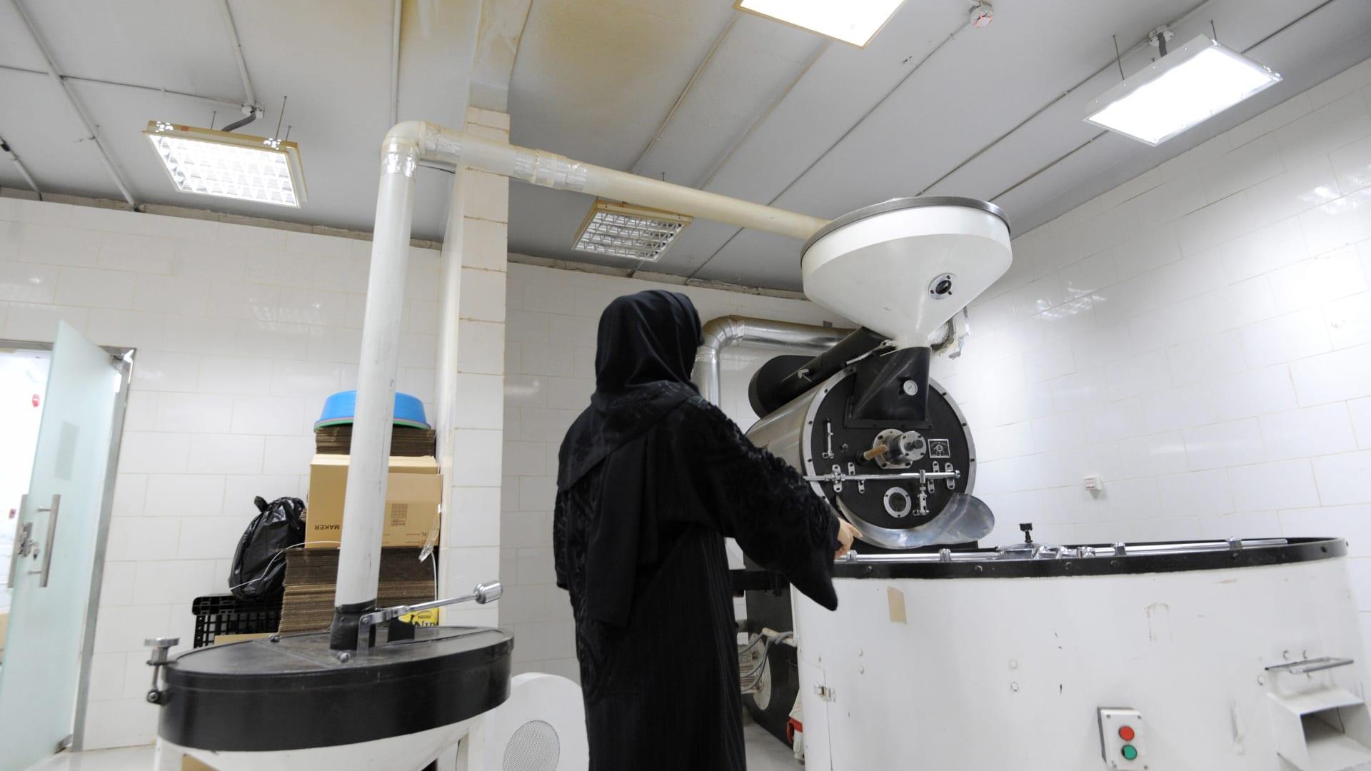 بالفيديو.. تقرير عن عمل المرأة الخليجية يكشف: تحسن كبير في الرواتب والشهادات والطموح