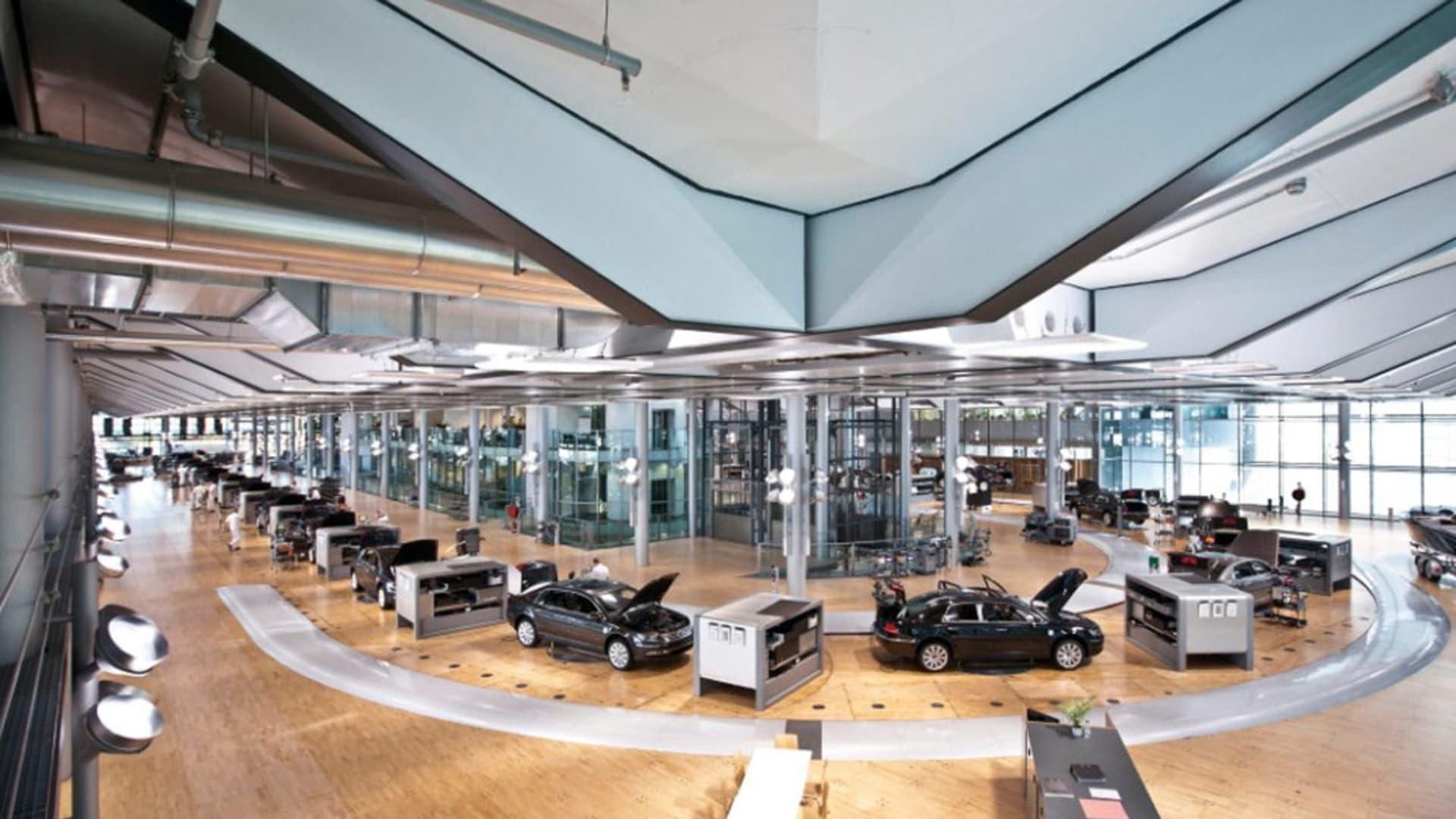 بالصورهكذا تدلل السيارات في مصنع فولكس فاغن في ألمانيا Cnn Arabic