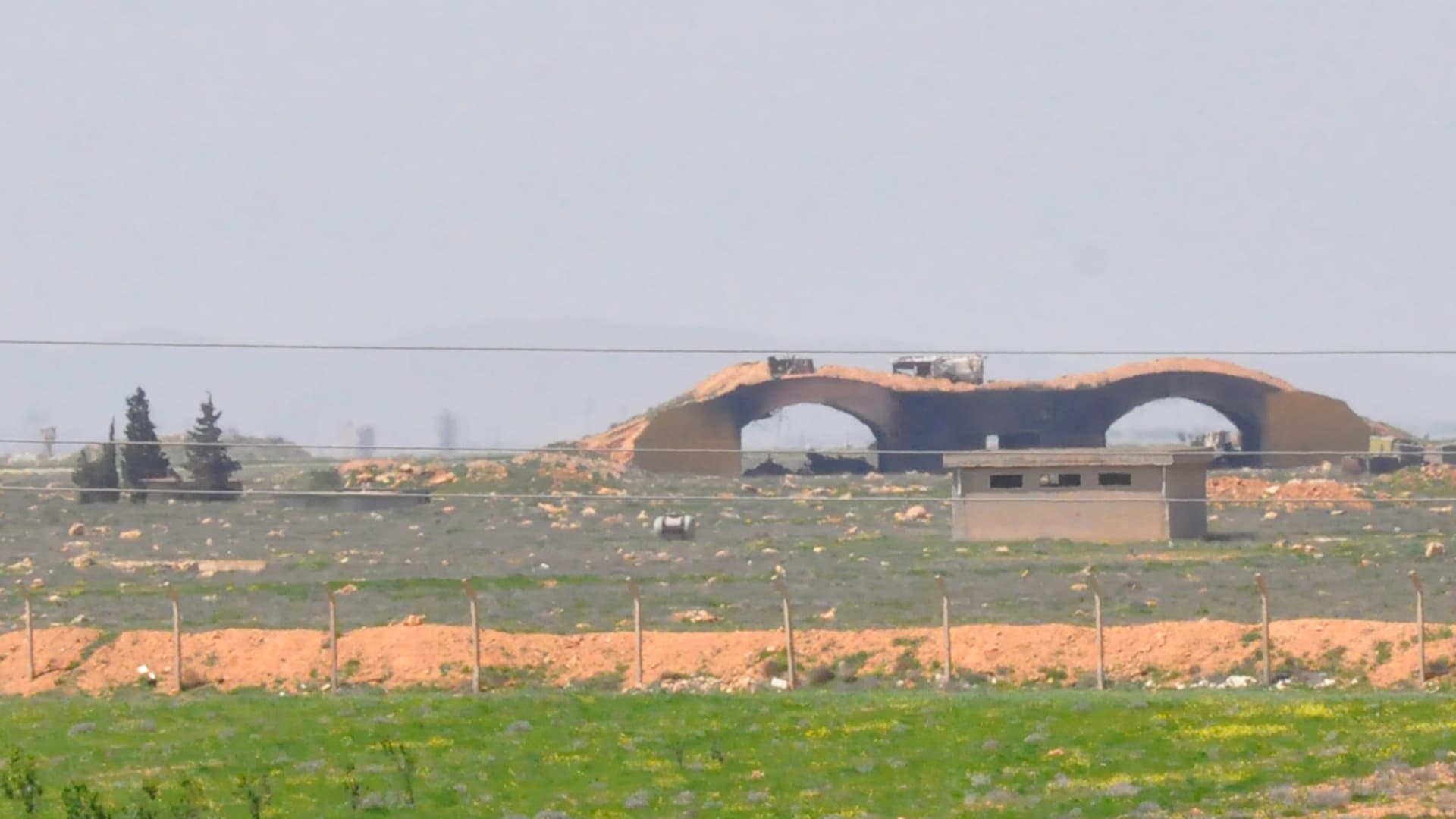 """شاهد.. كيف تبدو قاعدة الشعيرات السورية بعد ضربة الـ""""توماهوك"""" الأمريكية"""
