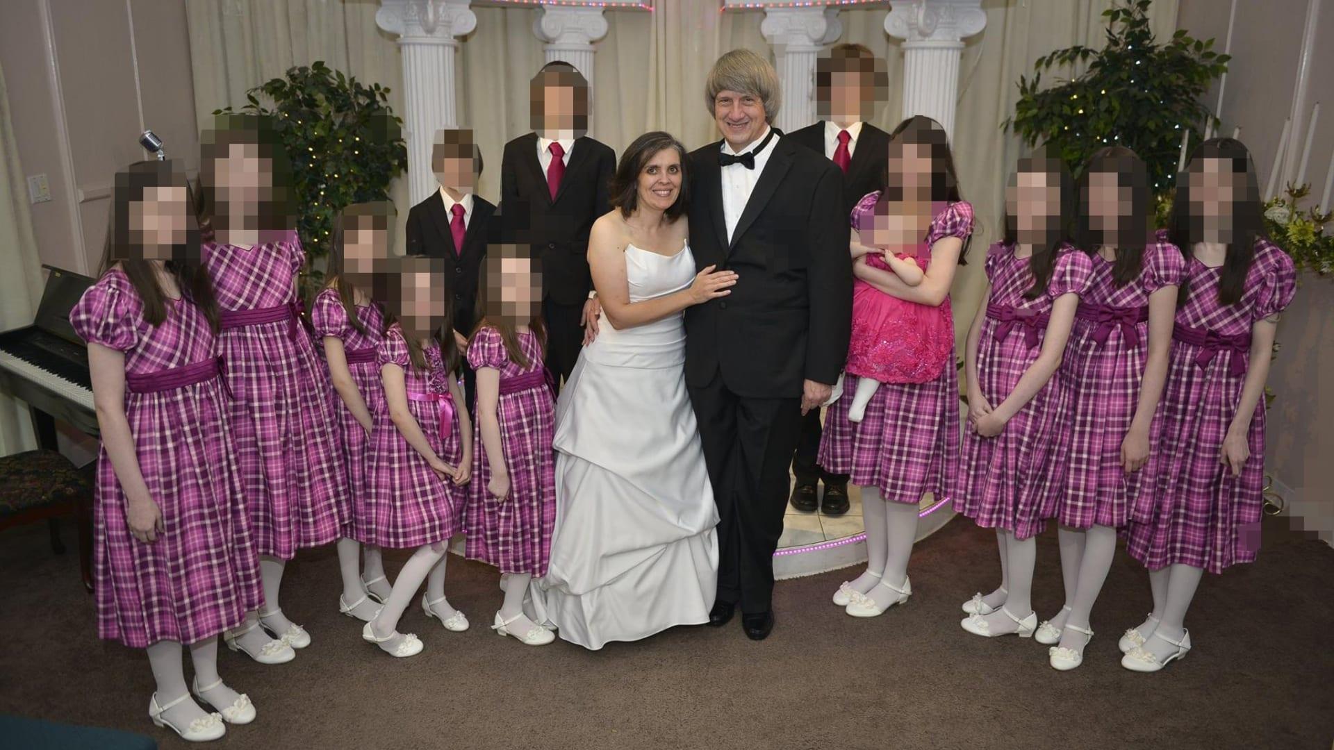 أمريكا: والدان يحبسان أولادهم الـ13 ويكبلانهم بالسلاسل