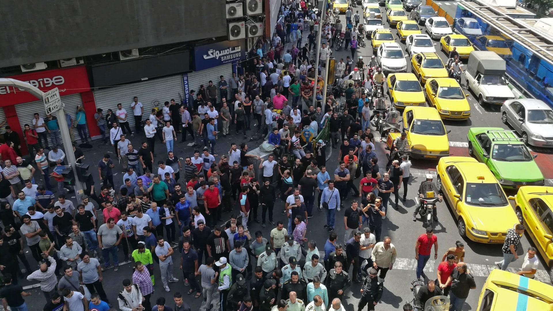 """شاهد.. تحوّل مظاهرات سلمية في إيران إلى """"العنف"""""""