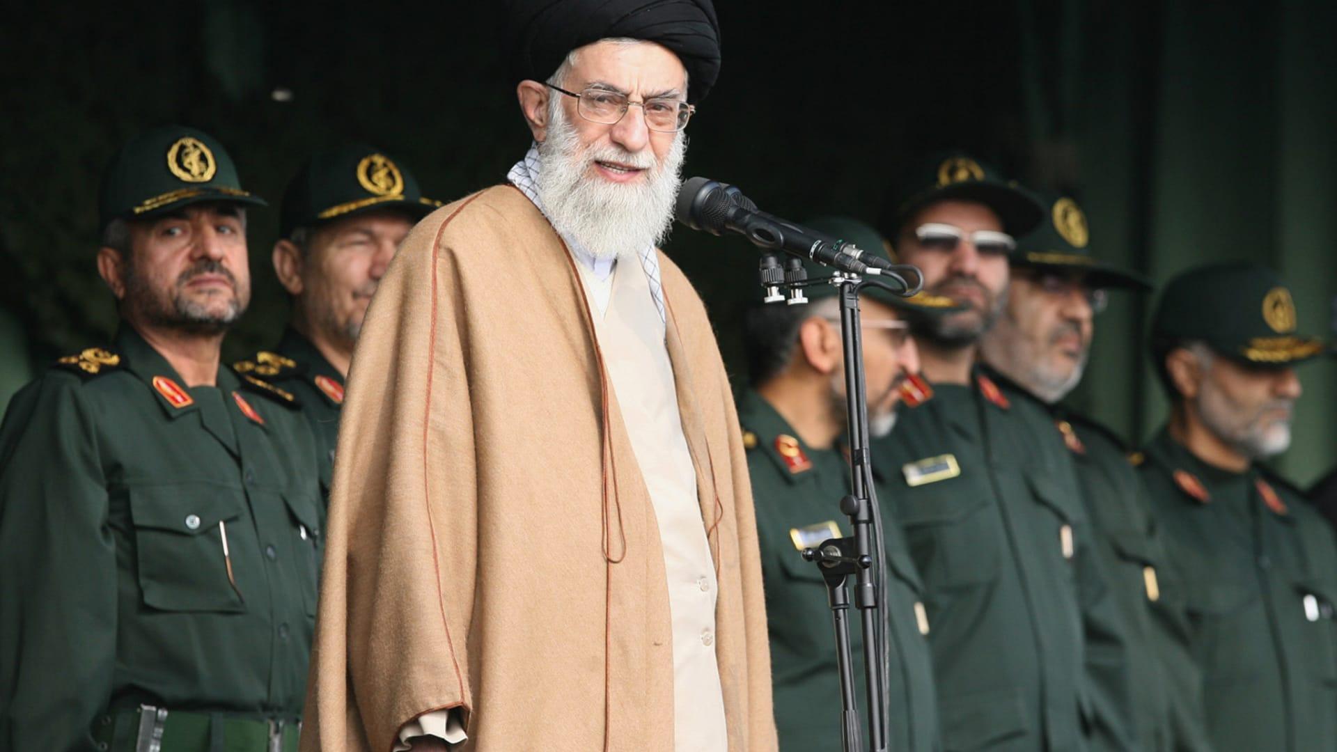 """شاهد.. إيرانية تصرخ """"الموت لخامنئي"""" بوجه الأمن"""