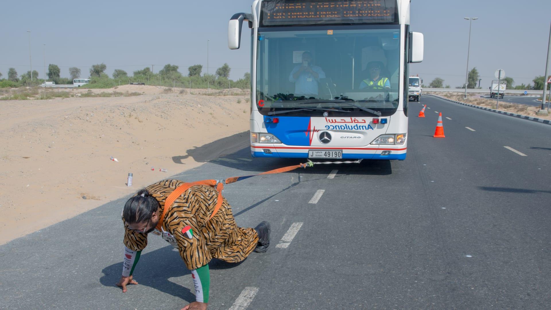 """""""شمشون الإمارات"""".. بطل """"خارق"""" يسحب الشاحنة بجسمه"""