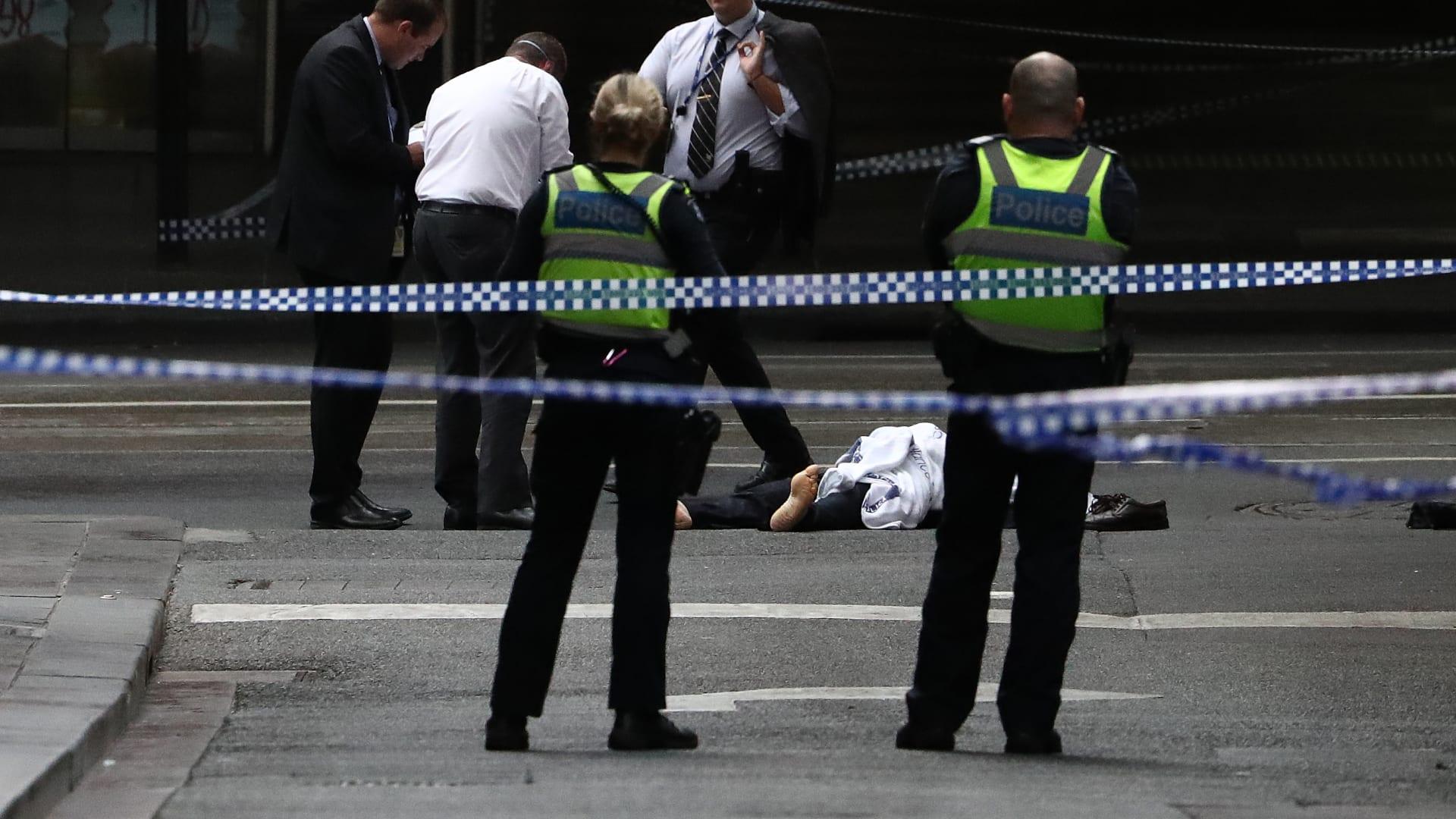 شاهد.. مسلح يحاول طعن رجال شرطة في أستراليا