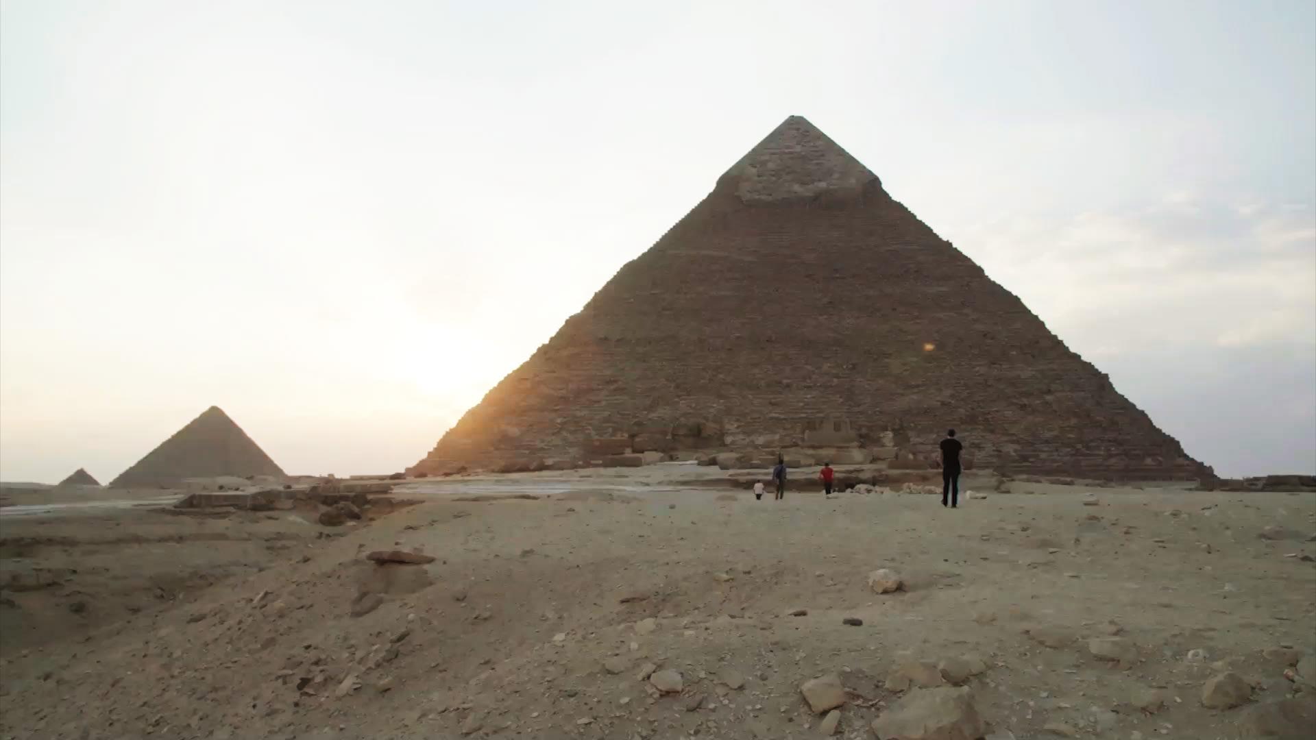 أطول رجل وأقصر امرأة في العالم يروجان للسياحة في مصر!