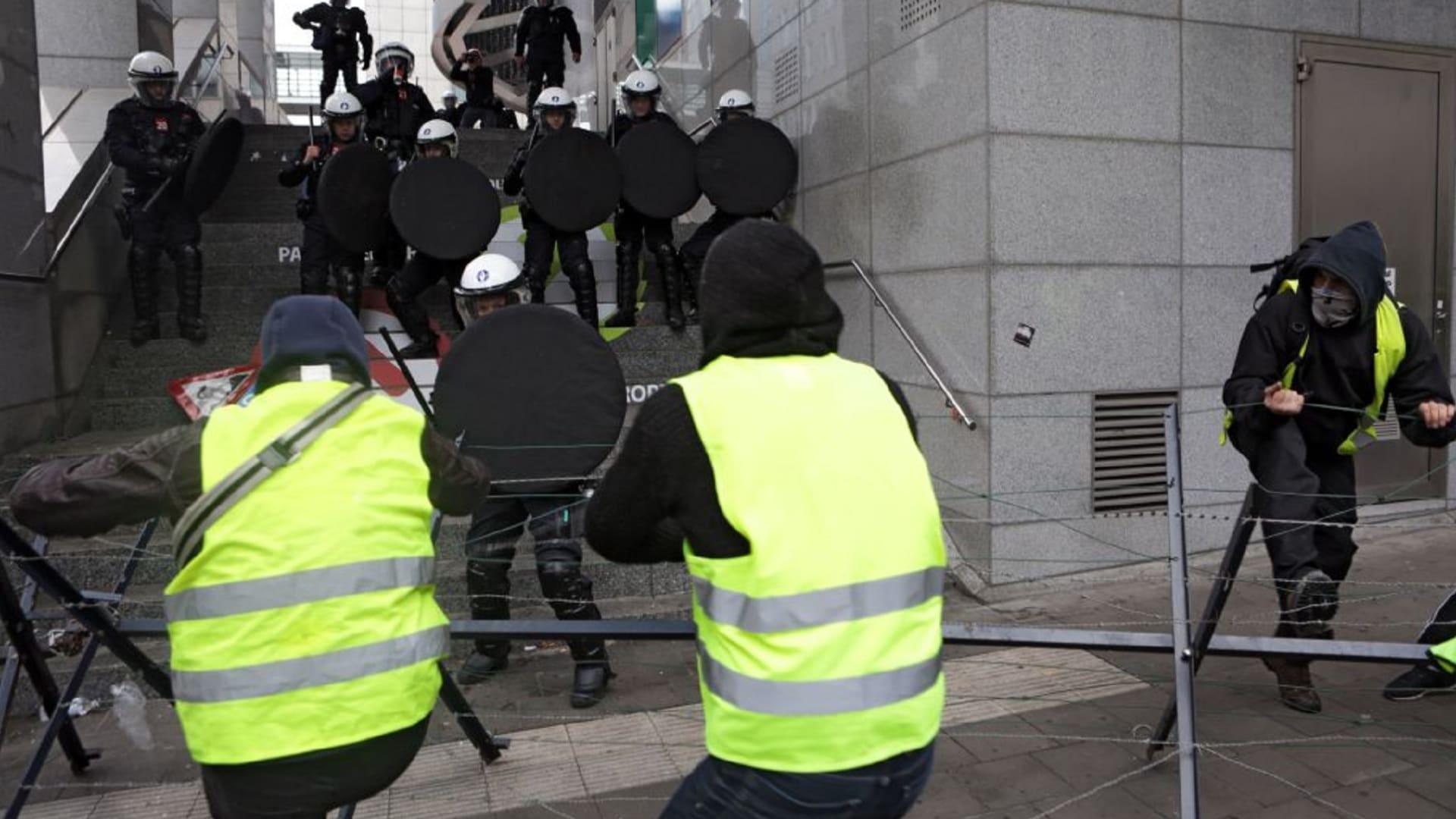 """كل ما تريد معرفته.. من هم متظاهرو """"السترات الصفراء"""" في فرنسا"""