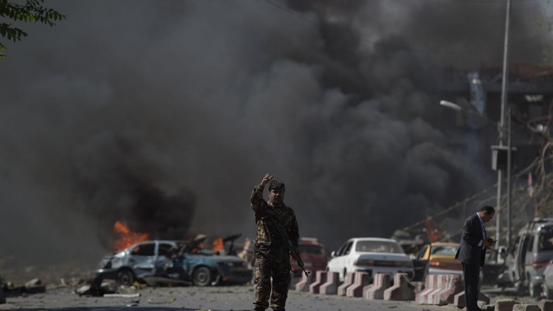 شاهد.. آثار انفجار كابول الذي أودى بحياة 48 شخصاً على الأقل