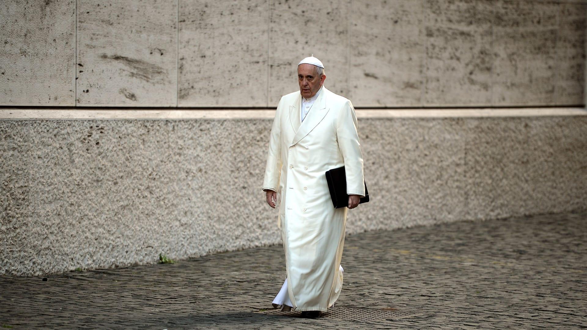 شاهد.. بابا الفاتيكان يغسل أقدام مساجين غير كاثوليك