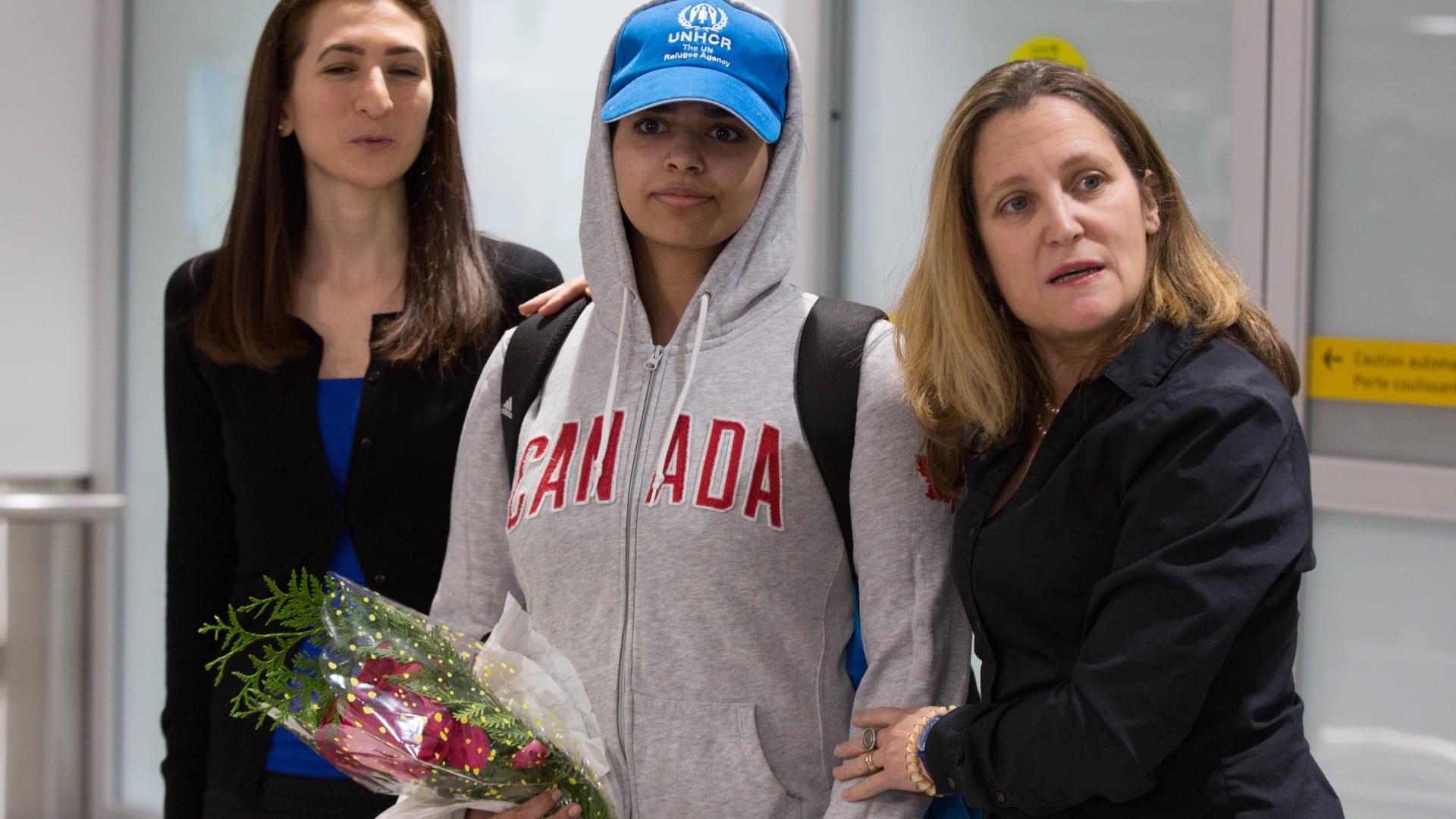 كيف كانت اللحظات الأولى بعد وصول رهف القنون إلى كندا؟