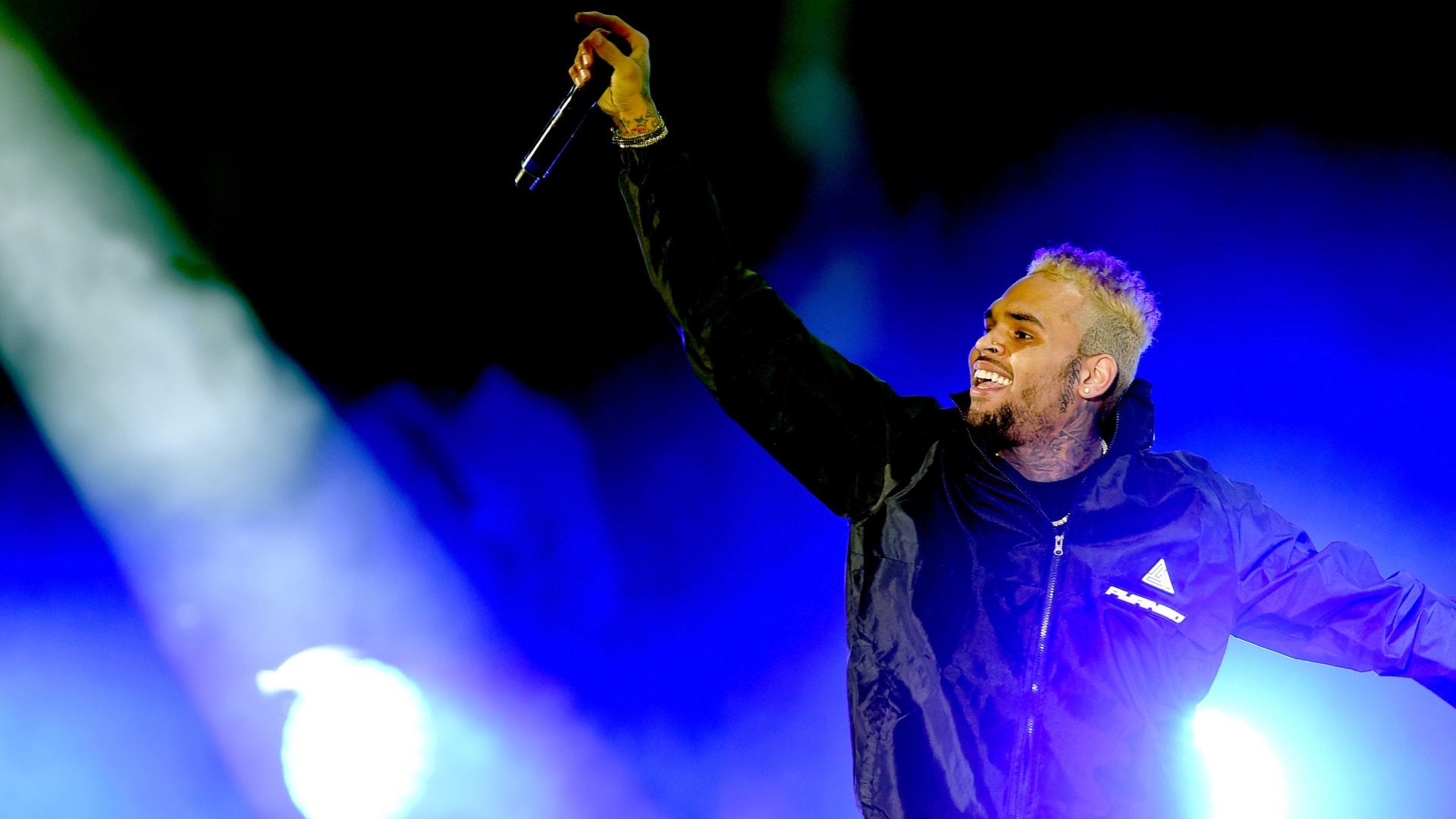 اتهم بالاغتصاب.. اعتقال المغني كريس براون في باريس