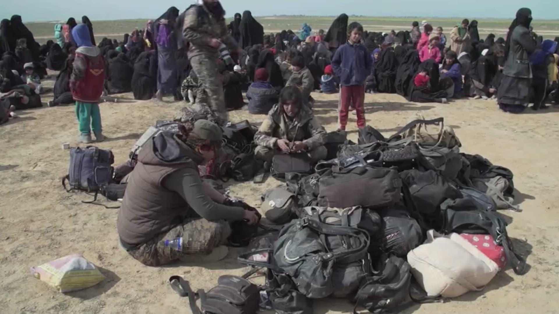 نازحات من آخر معاقل داعش بسوريا يكشفن لـCNN أهوال الحرب