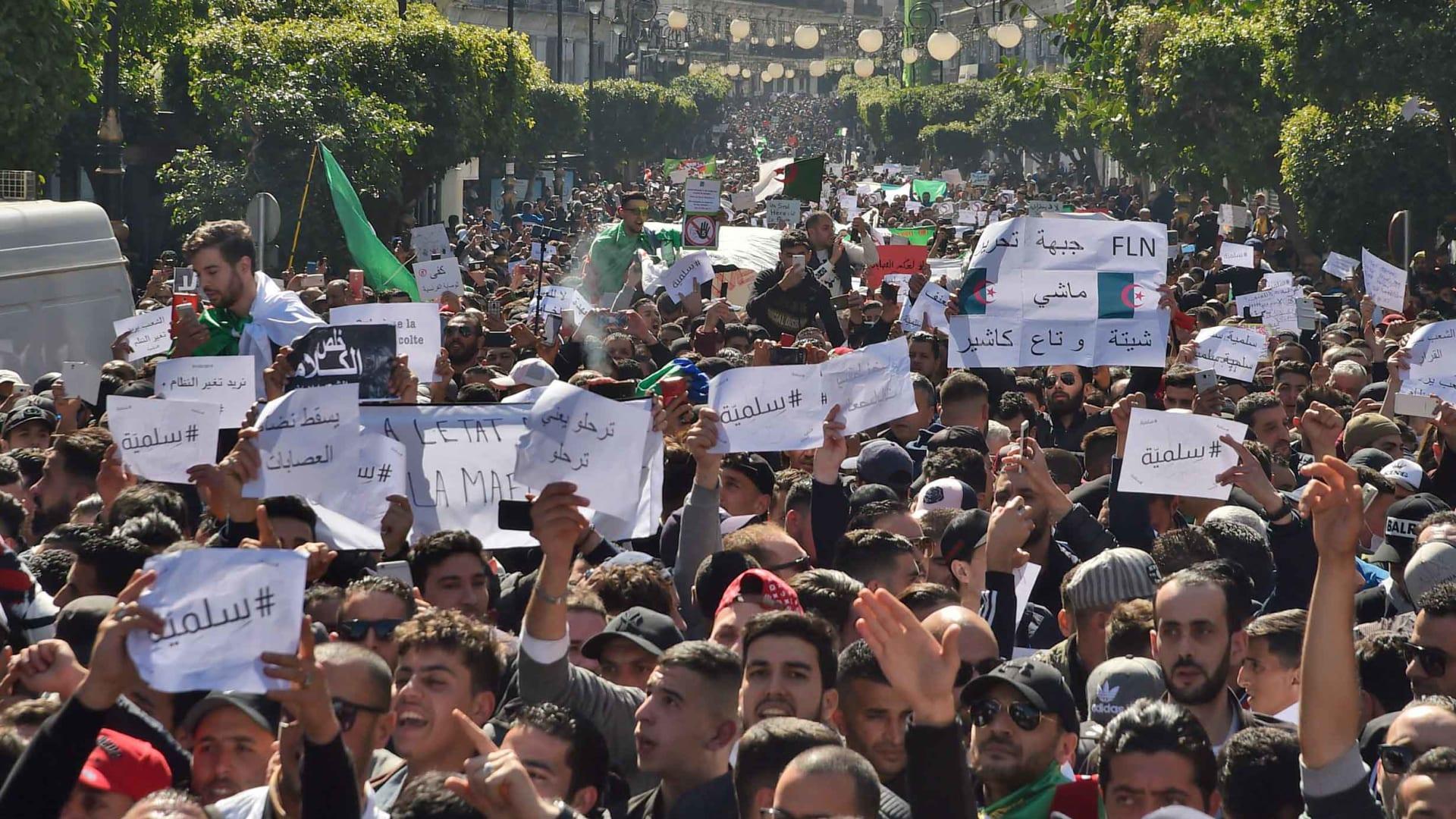 مظاهرات حاشدة في الجزائر ومواجهات قرب القصر الرئاسي