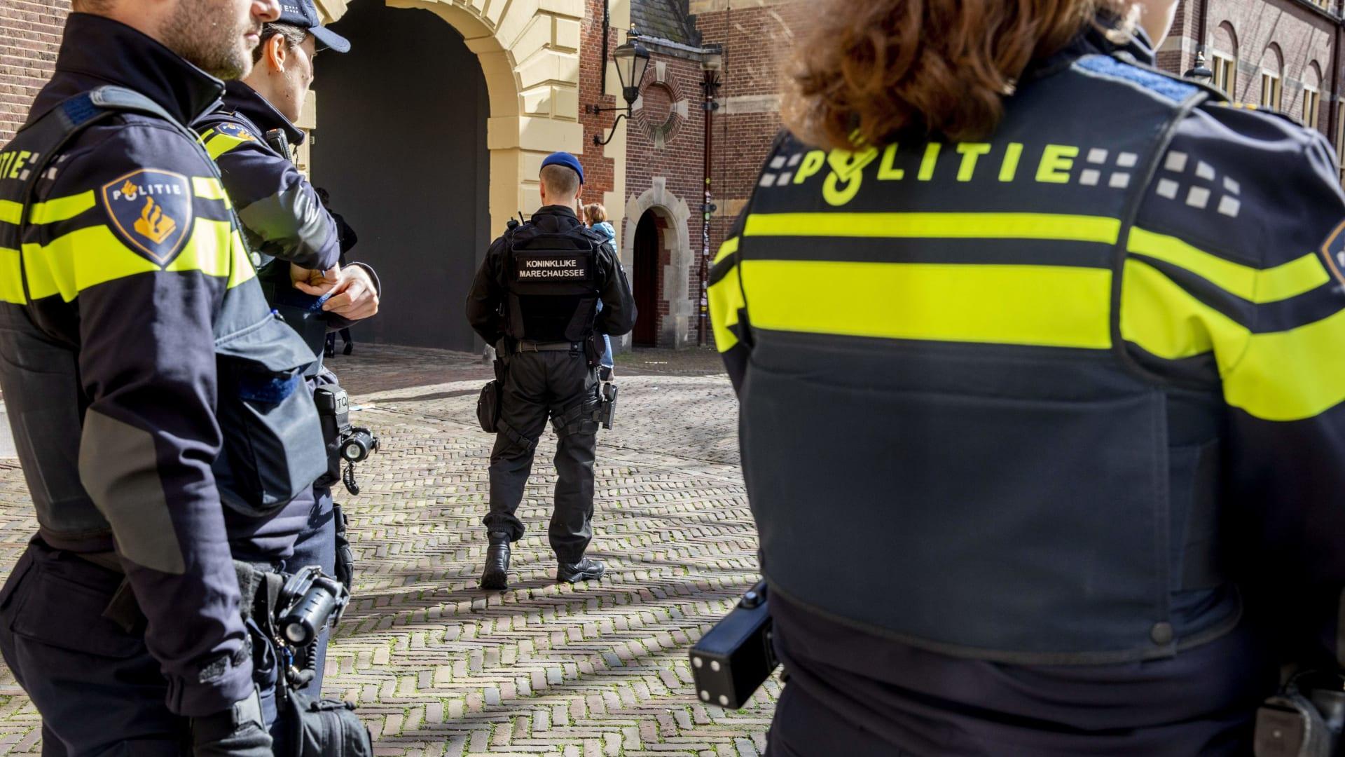 مدججين بالسلاح.. فيديو يظهر بحث الشرطة عن مطلق النار بهولندا