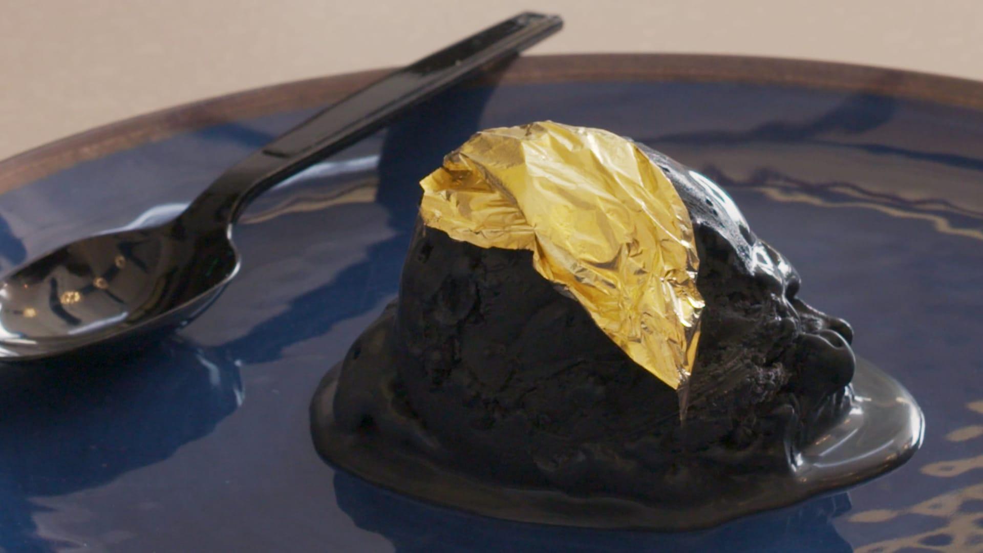 بوظة من الفحم والذهب الصالح للأكل.. كيف مذاقه؟