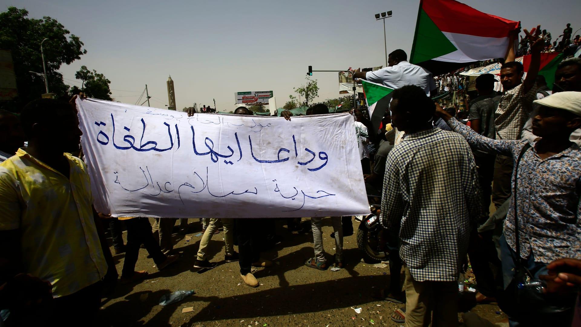 """سودانيون يطالبون بإسقاط """"الانقلاب"""": ثوار أحرار هنكمل المشوار"""