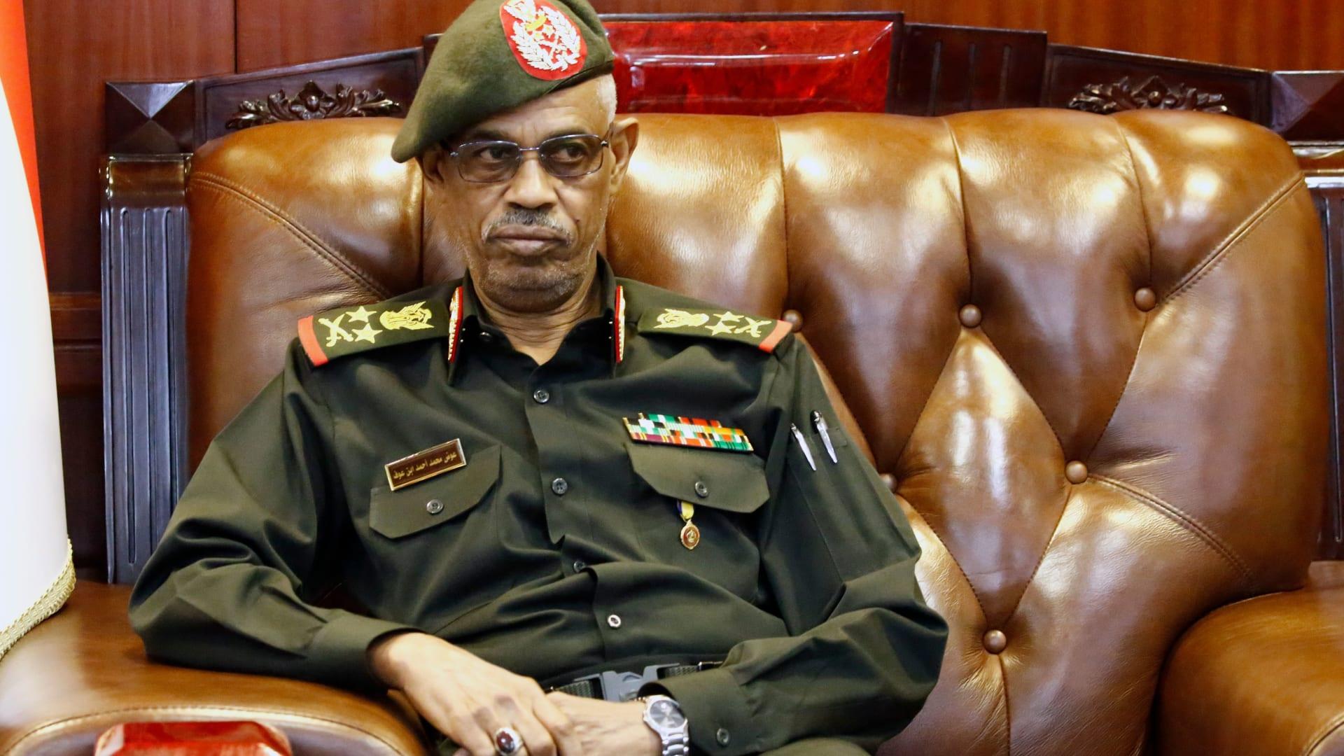 سودانيون يحتجون ضد وزير الدفاع بعد الانقلاب: تسقط بس