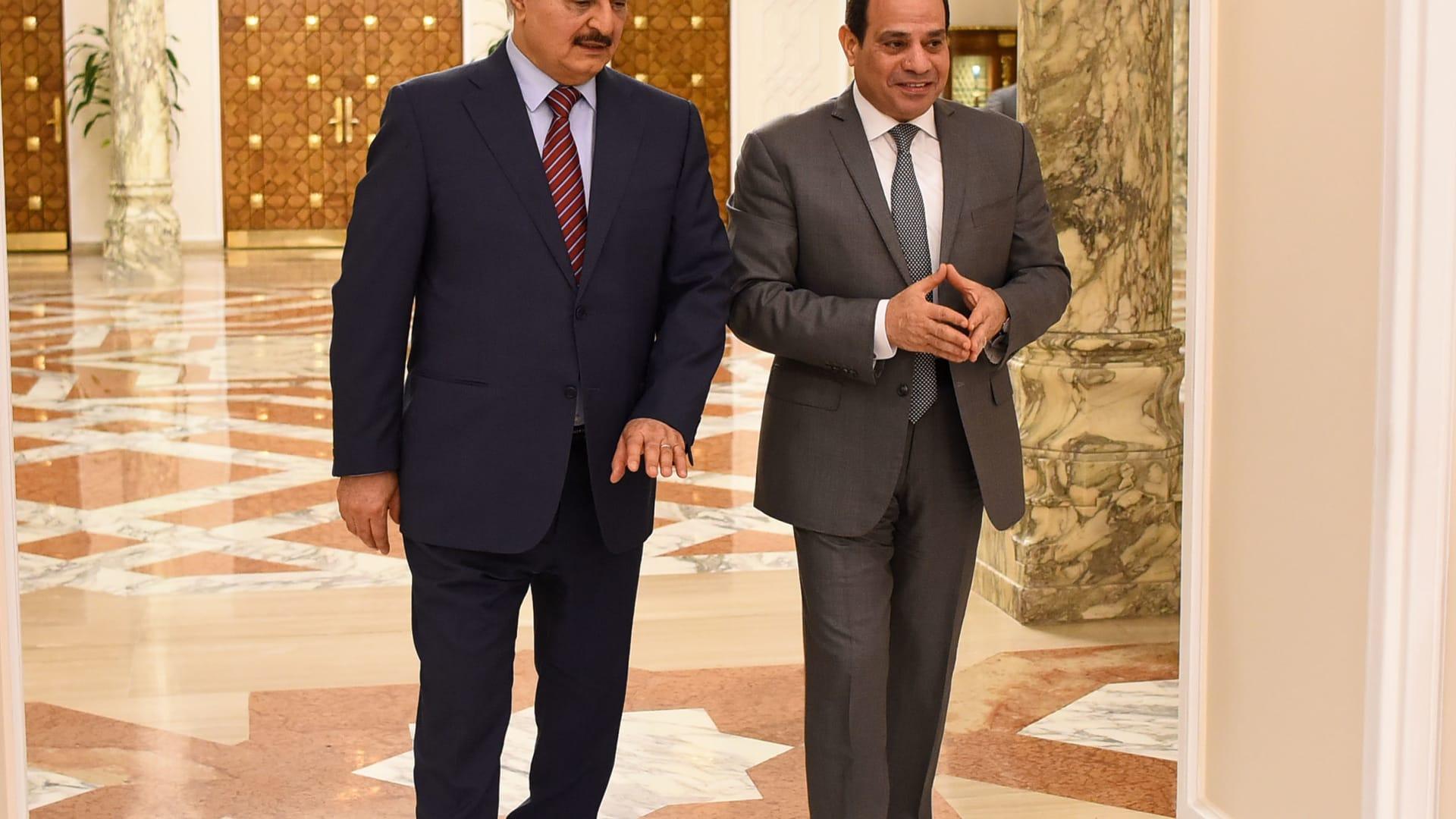 """نبذه القذافي وعاش بأمريكا ليعود ويحظى بولاء """"أقوى قوة"""" في ليبيا.. من هو خليفة حفتر"""