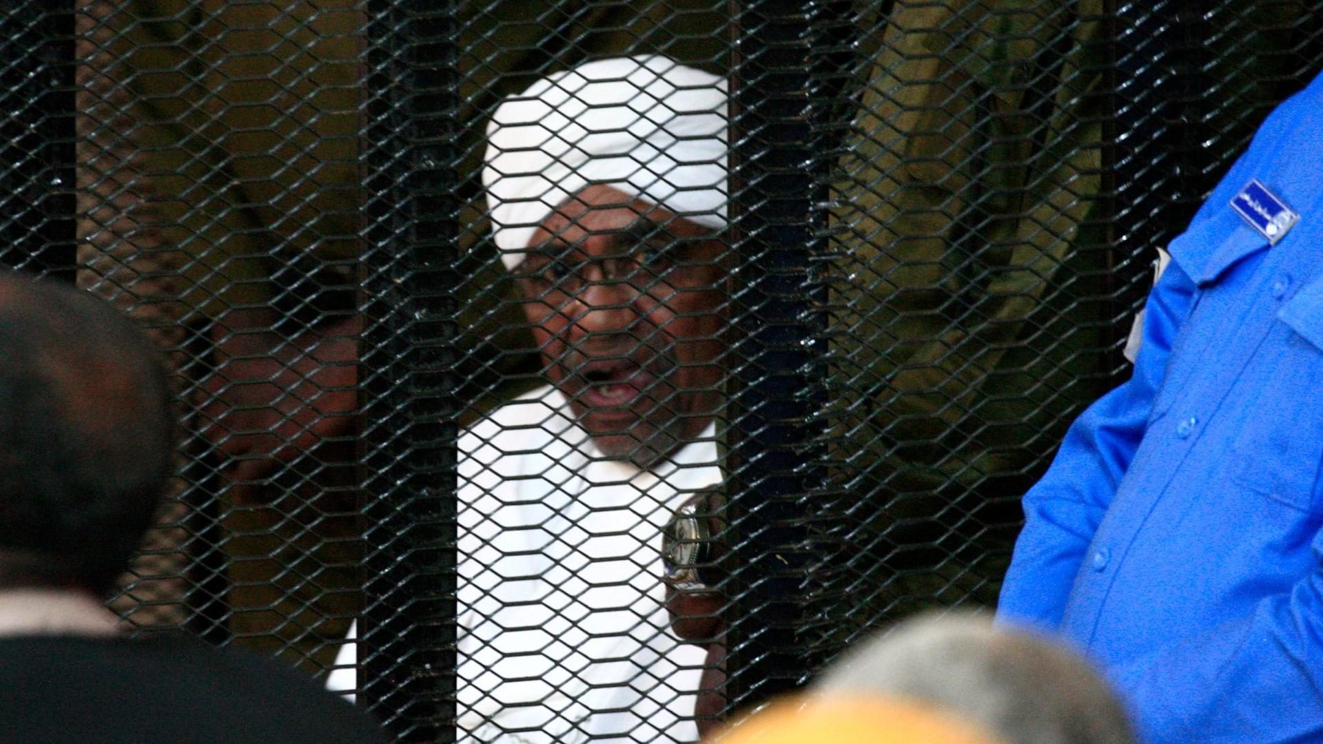 عمر البشير من قاعة المحكمة إلى مغادرته برفقة حراسة مشددة