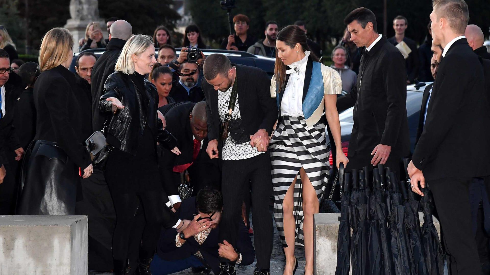المغني جاستين تيمبرليك يتعرض إلى هجوم في أسبوع باريس للموضة من قبل منفذ المقالب فيتالي سيدوك