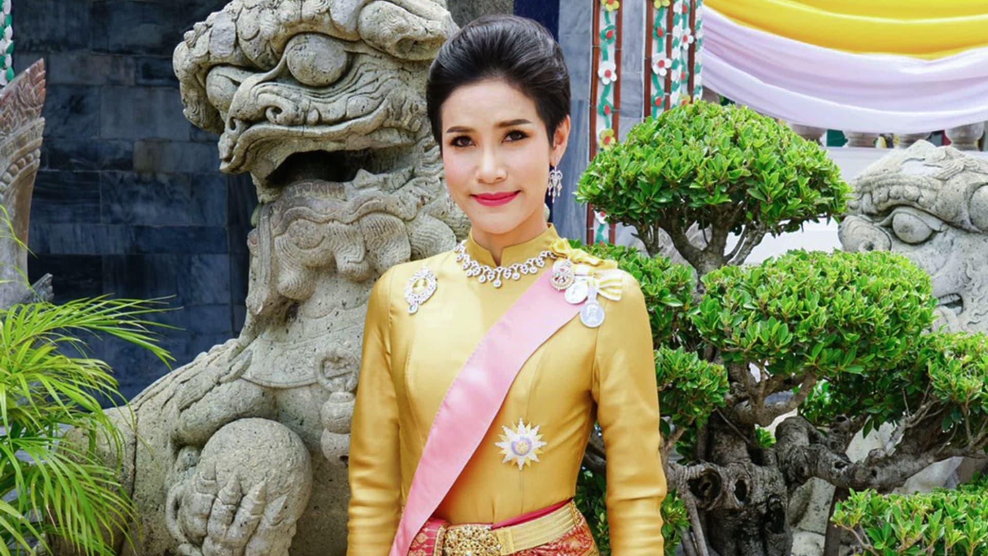 تقود طائرات وتطلق النار.. تايلاند تنشر صورا نادرة لقرينة الملك