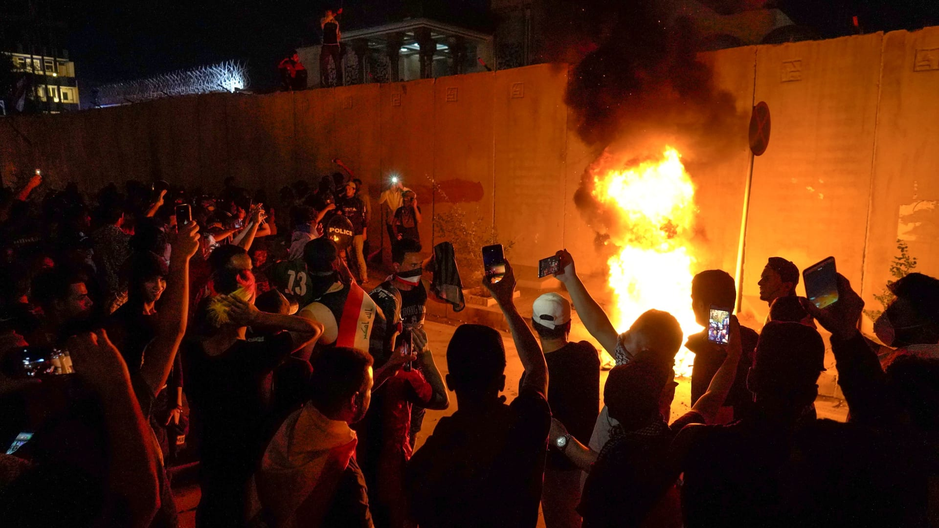 في دقيقتين.. ماذا يحدث بمظاهرات العراقيين والغضب ضد إيران؟