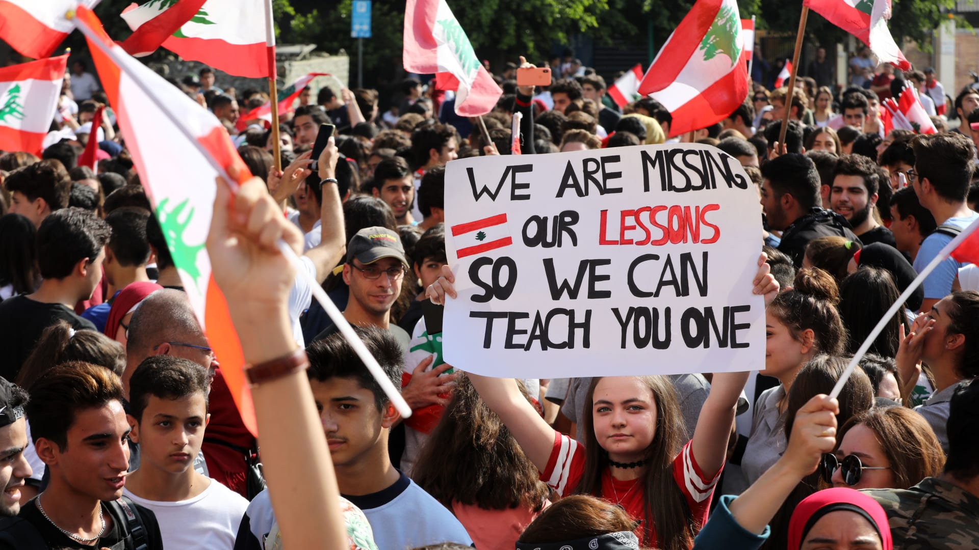 في ظل هشاشة الاقتصاد.. مصارف لبنان تفتح أبوابها