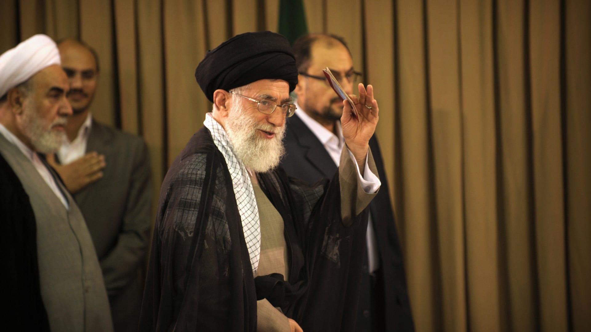 خامنئي.. كيف تحول تلميذ الخميني إلى مرشد إيران الأعلى؟