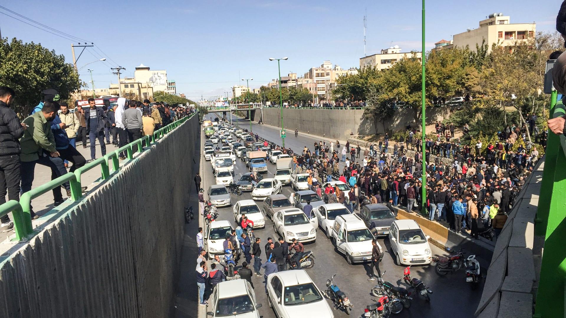 قتيل على الأقل وإصابة العشرات في احتجاجات إيران
