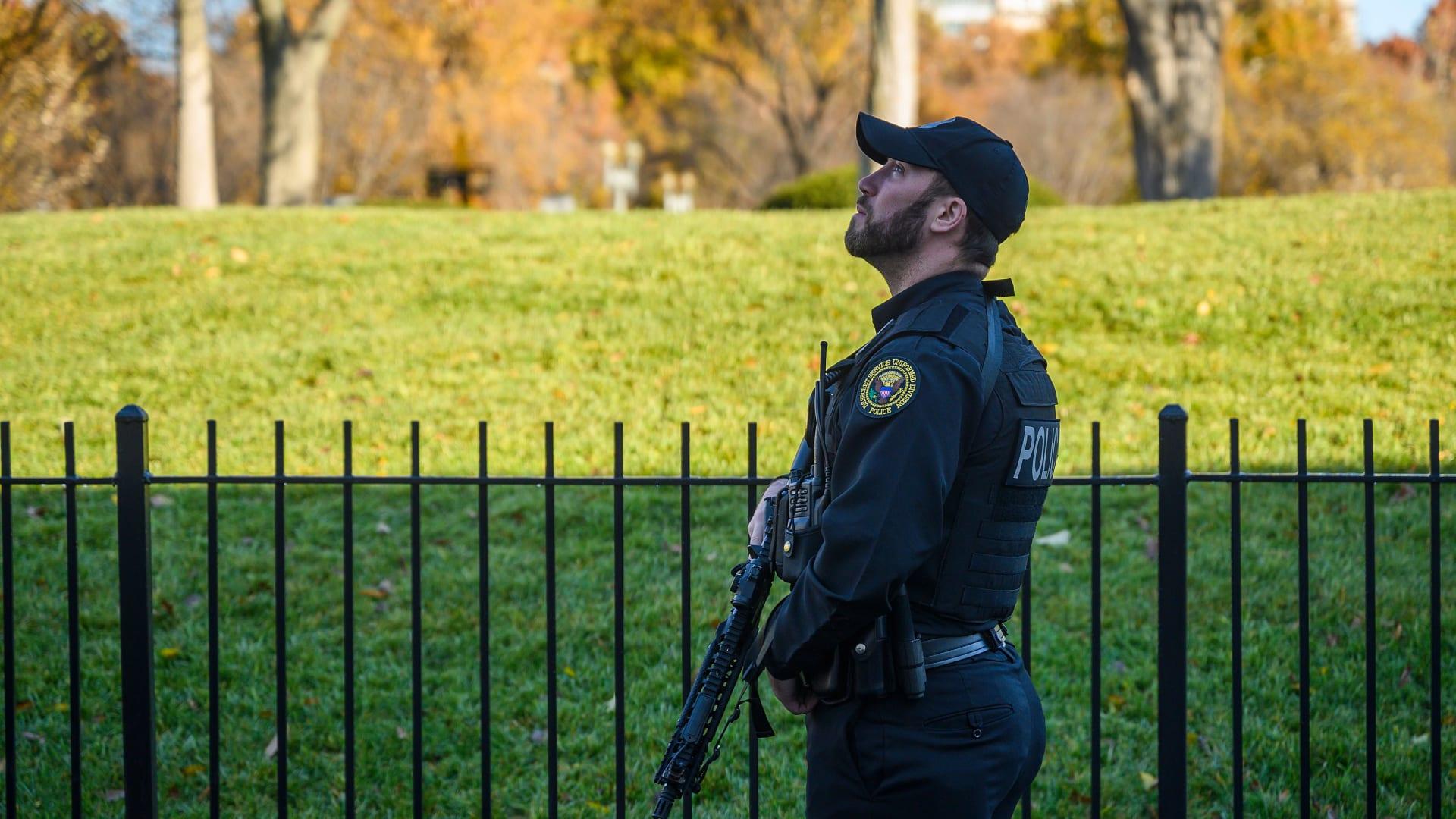 رجل يضرم النار بنفسه قرب البيت الأبيض.. فهل كان ترامب بخطر؟