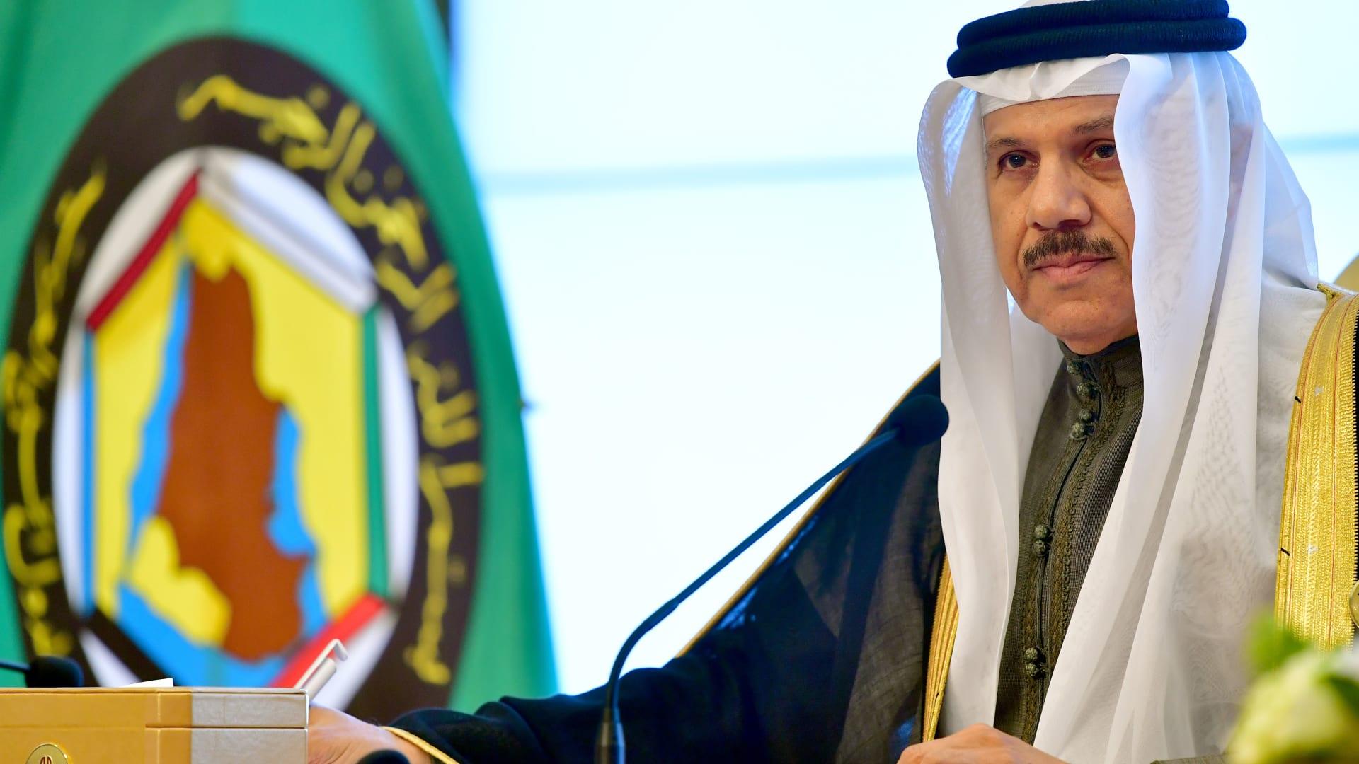 وسط تراجع أسعار النفط وسياسيات ترامب الحمائية.. هل يجب على دول مجلس التعاون الخليجي الاستمرار بربط عملاتها بالدولار؟