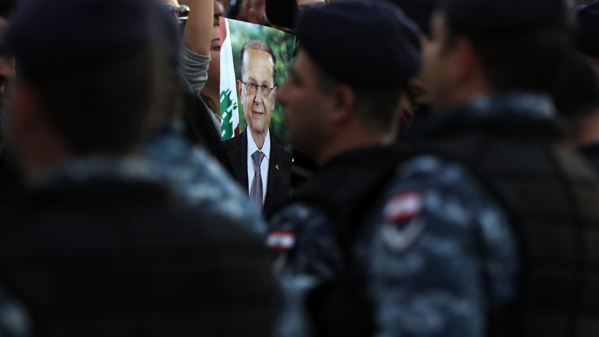 عون.. بين المطالبة باستقالته وأنه الوحيد القادر على الإصلاح