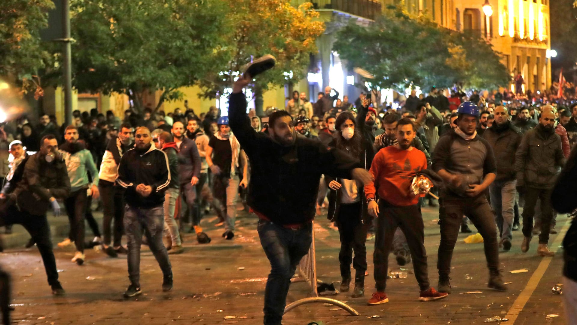 لحظة تعرض متظاهرين لبنانيين للاعتداء في عين التينة