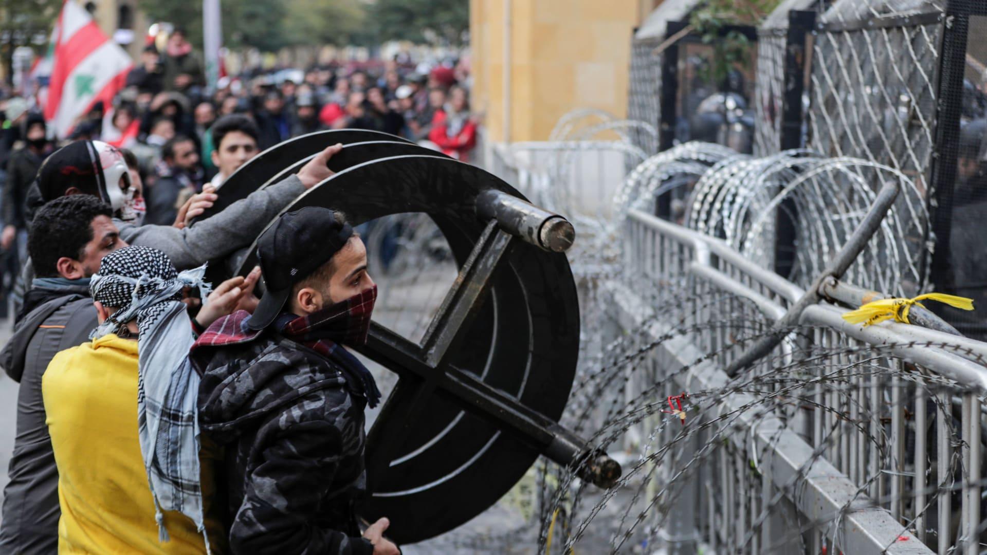 غاز مسيل للدموع ومياه لتفريق المحتجين قرب البرلمان في بيروت