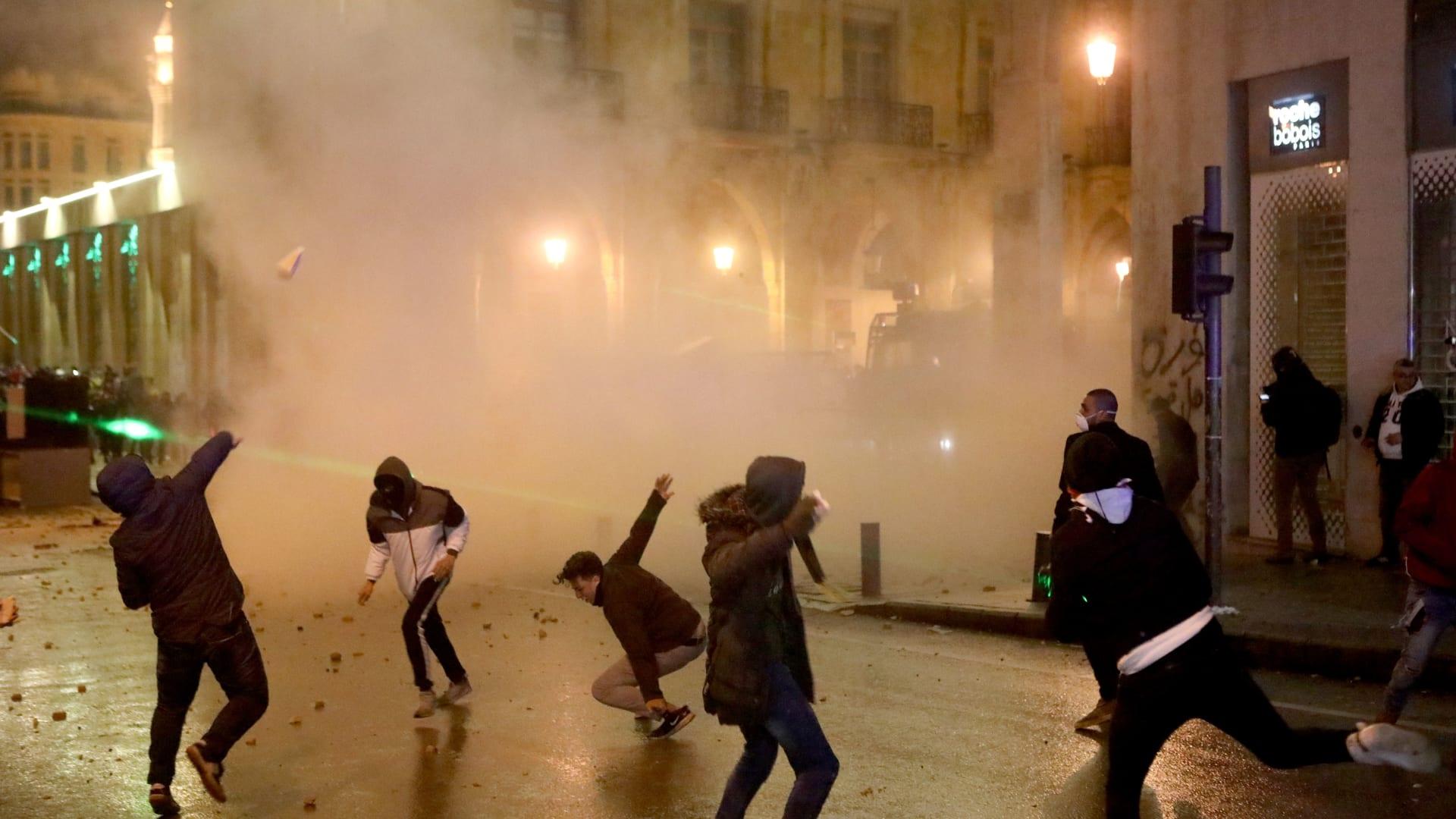 جانب من المواجهات العنيفة بين المحتجين وقوى الأمن اللبناني