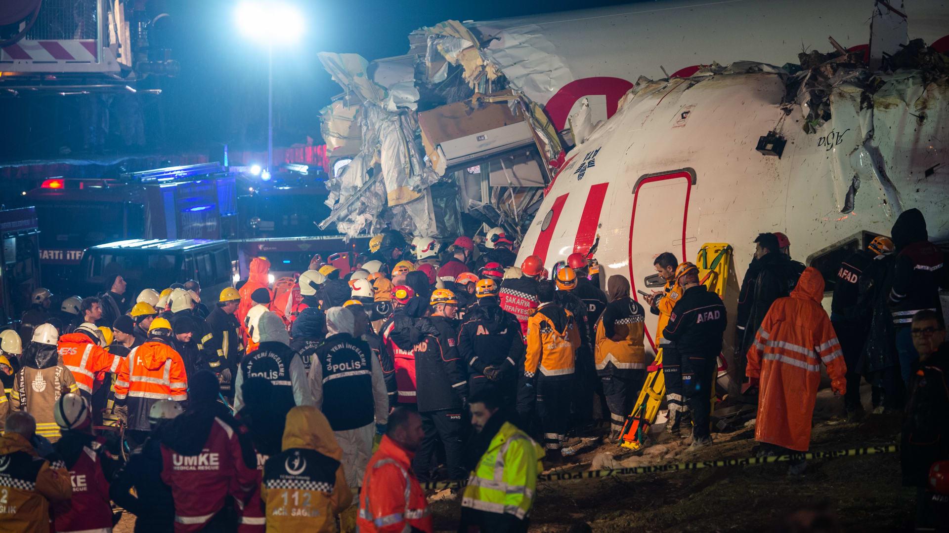 شاهد لحظة تحطم طائرة ركاب تركية وانشطارها