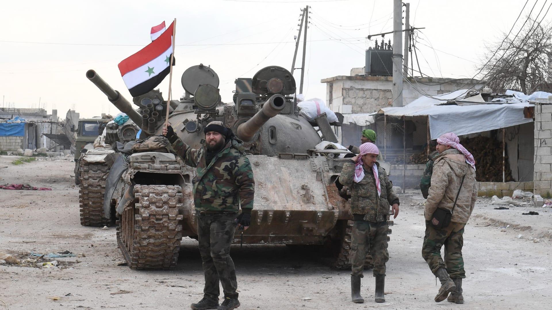 شاهد.. اللحظات الأولى بعد إسقاط مروحية سورية في إدلب