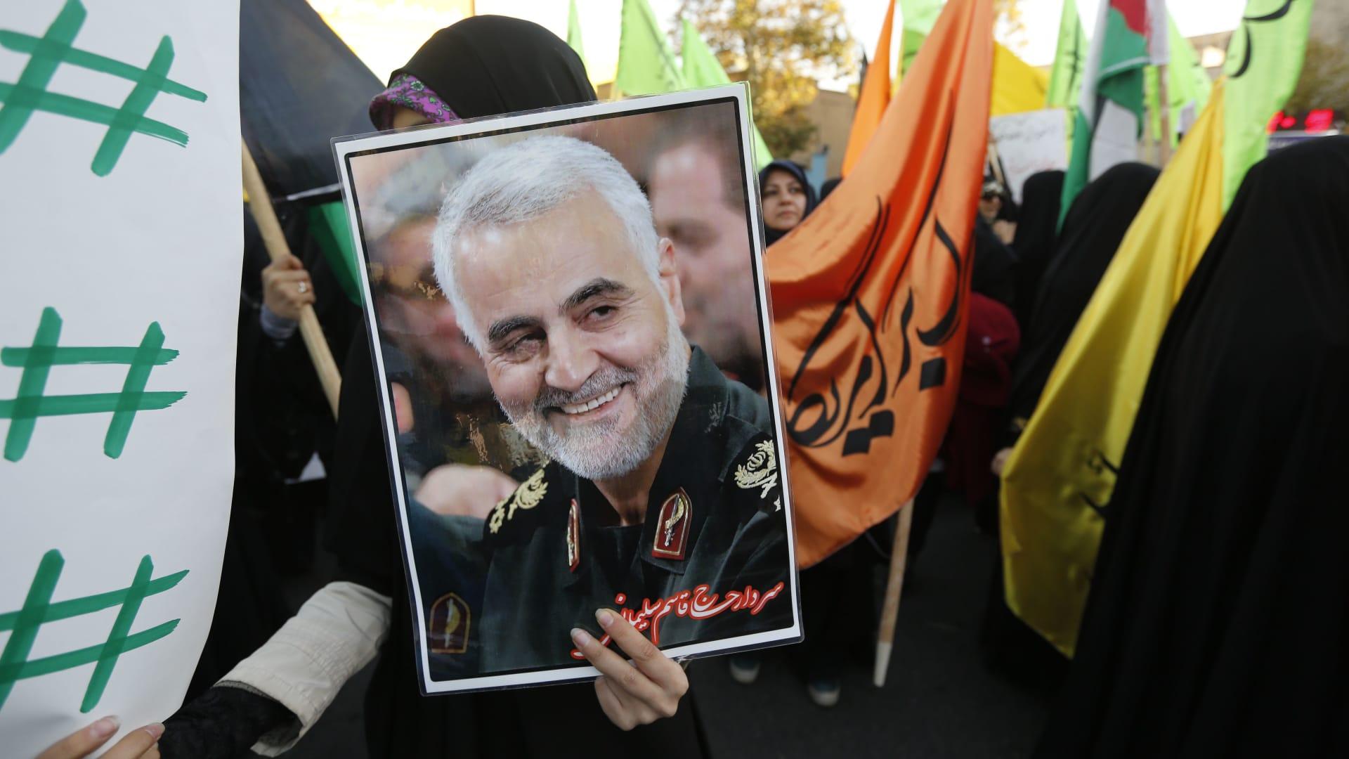 حشود ضخمة في جنازة قاسم سليماني بمسقط رأسه بمدينة كرمان