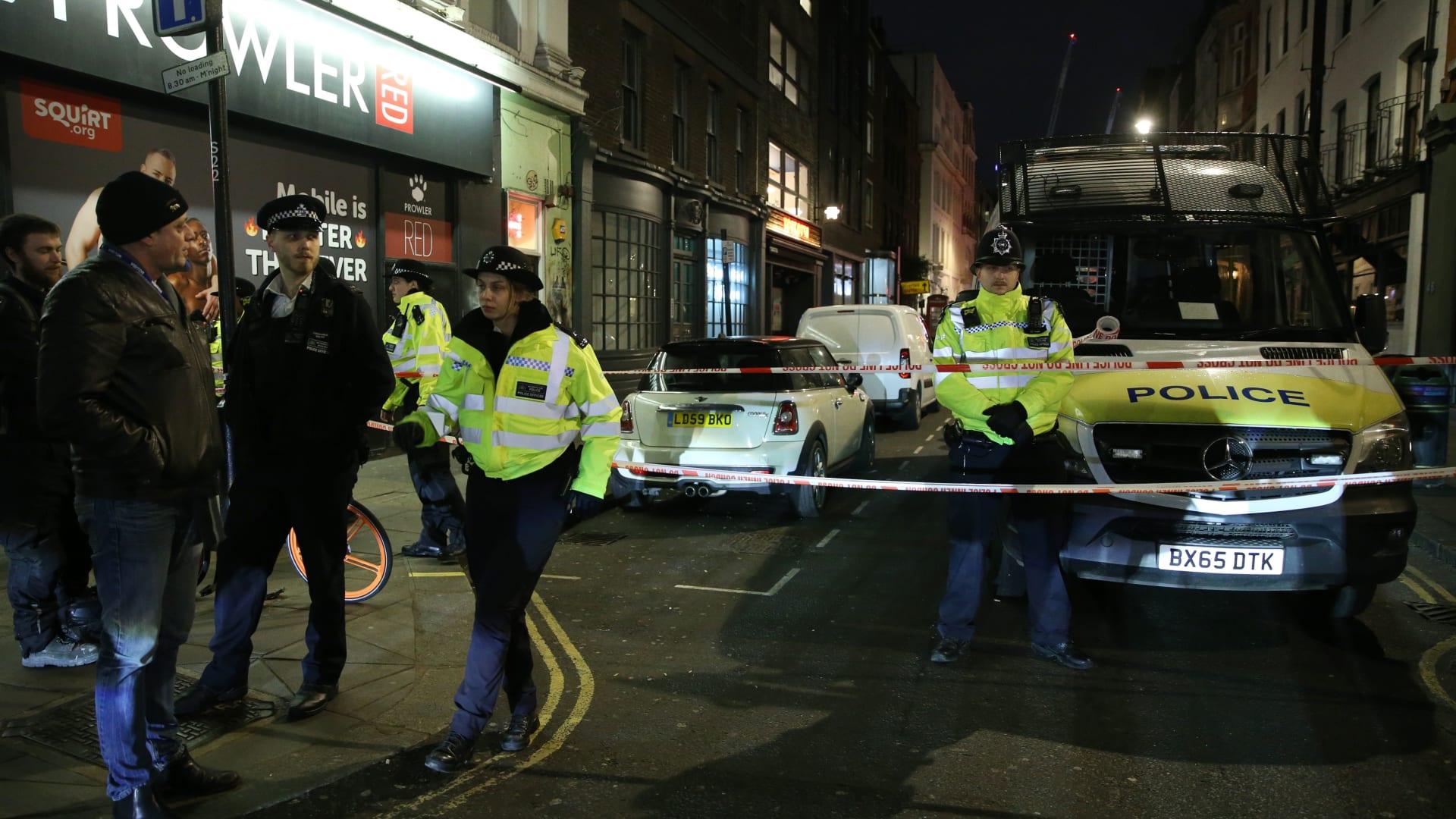 اللحظات الأولى لحادث الطعن في مسجد بوسط لندن