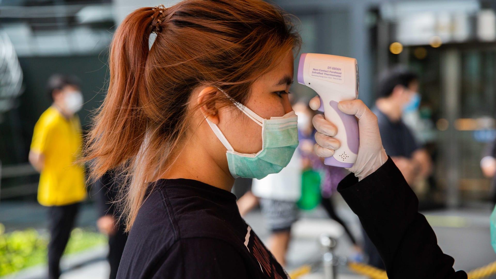هل يجب أن ترتدي قناع الوجه للحماية من فيروس كورونا؟ خبيرة تجيب