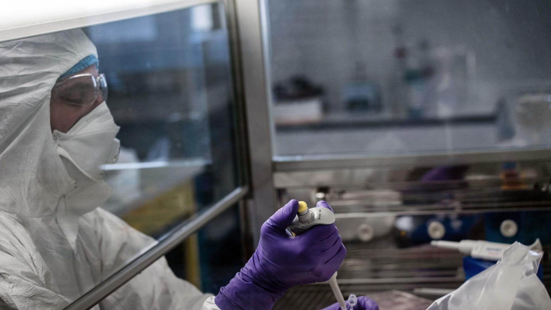 ما هي التدابير الطارئة التي تتخذ للتخفيف من آثار فيروس كورونا على الاقتصاد؟