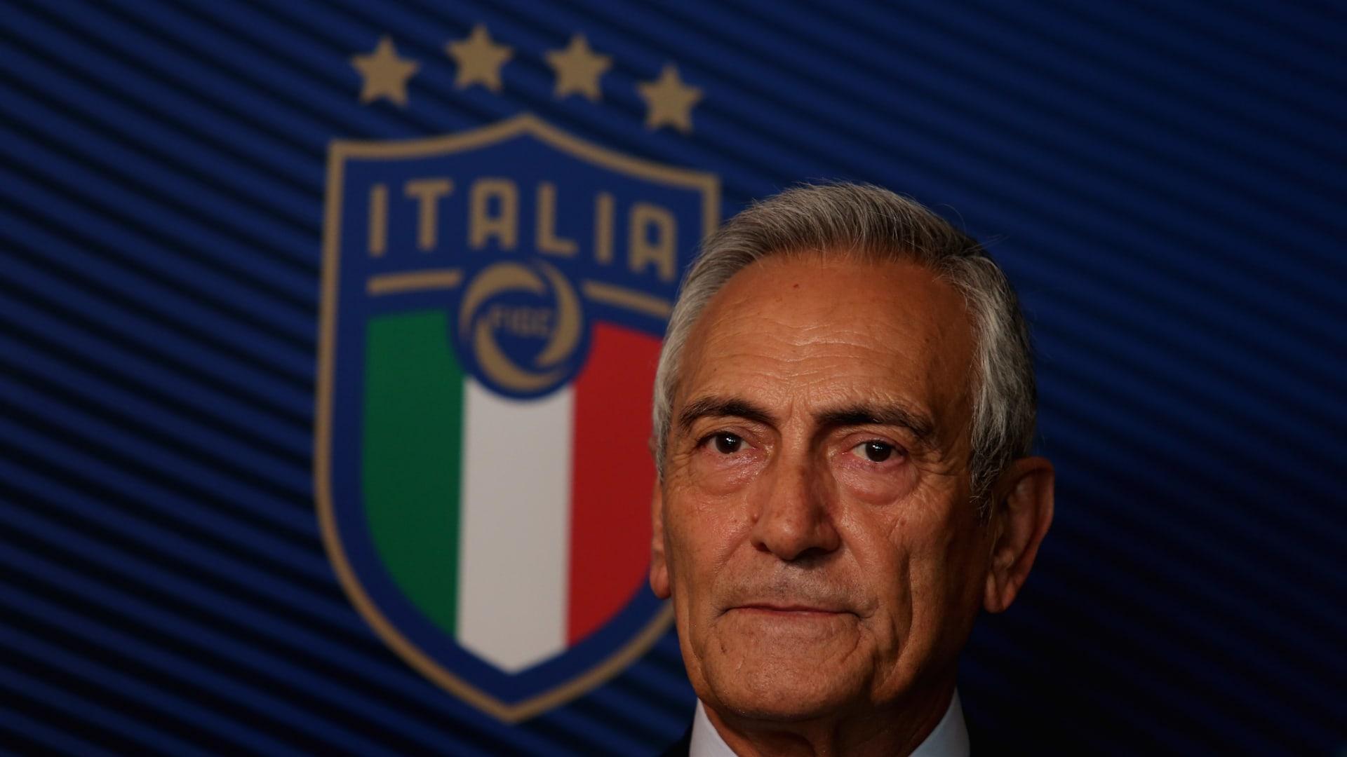 خوفاً من فيروس كورونا.. الإيطاليون يغنون من شرفات المنازل