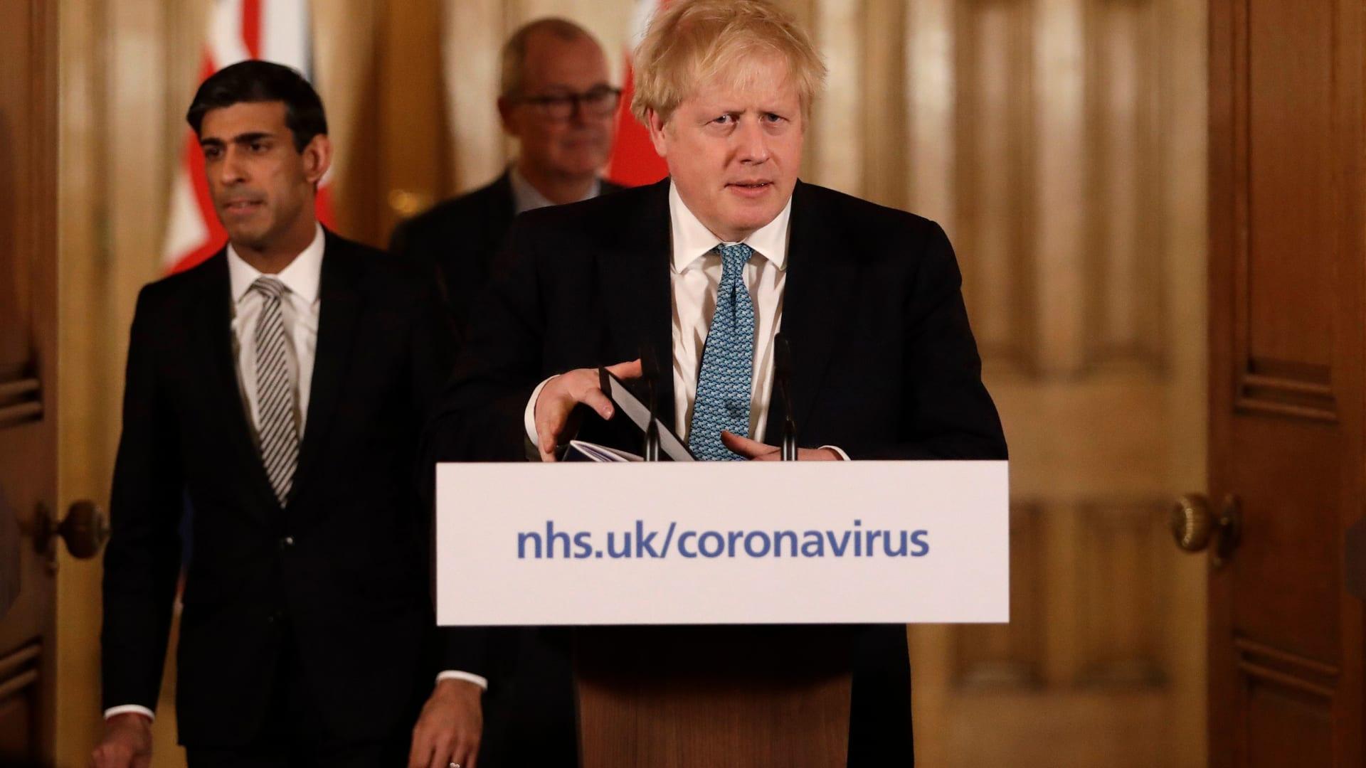 """بعد """"مناعة القطيع"""".. حكومة بريطانيا تغيّر لهجتها بشأن فيروس كورونا وتطالب بالانعزال الاجتماعي"""