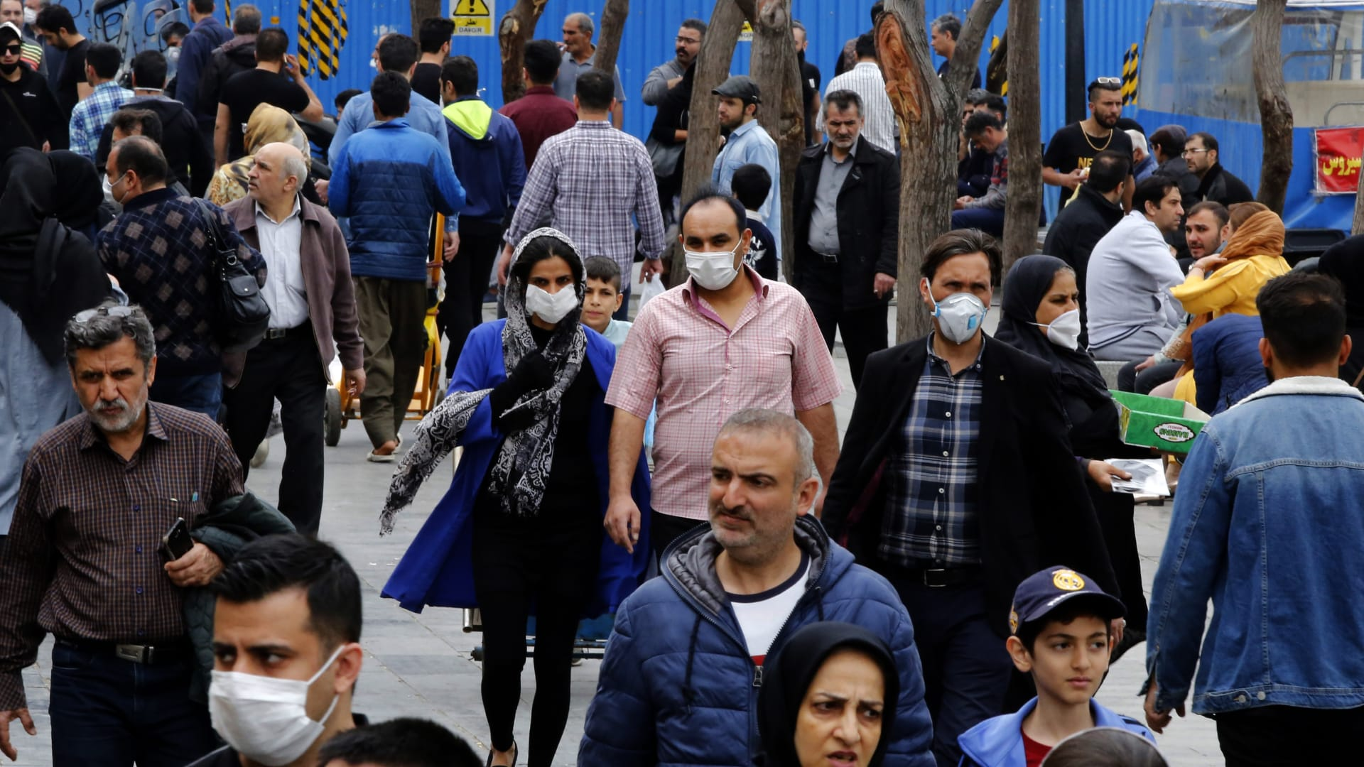 إيران تبني مستشفى مؤقت داخل مركز تجاري لمواجهة فيروس كورونا
