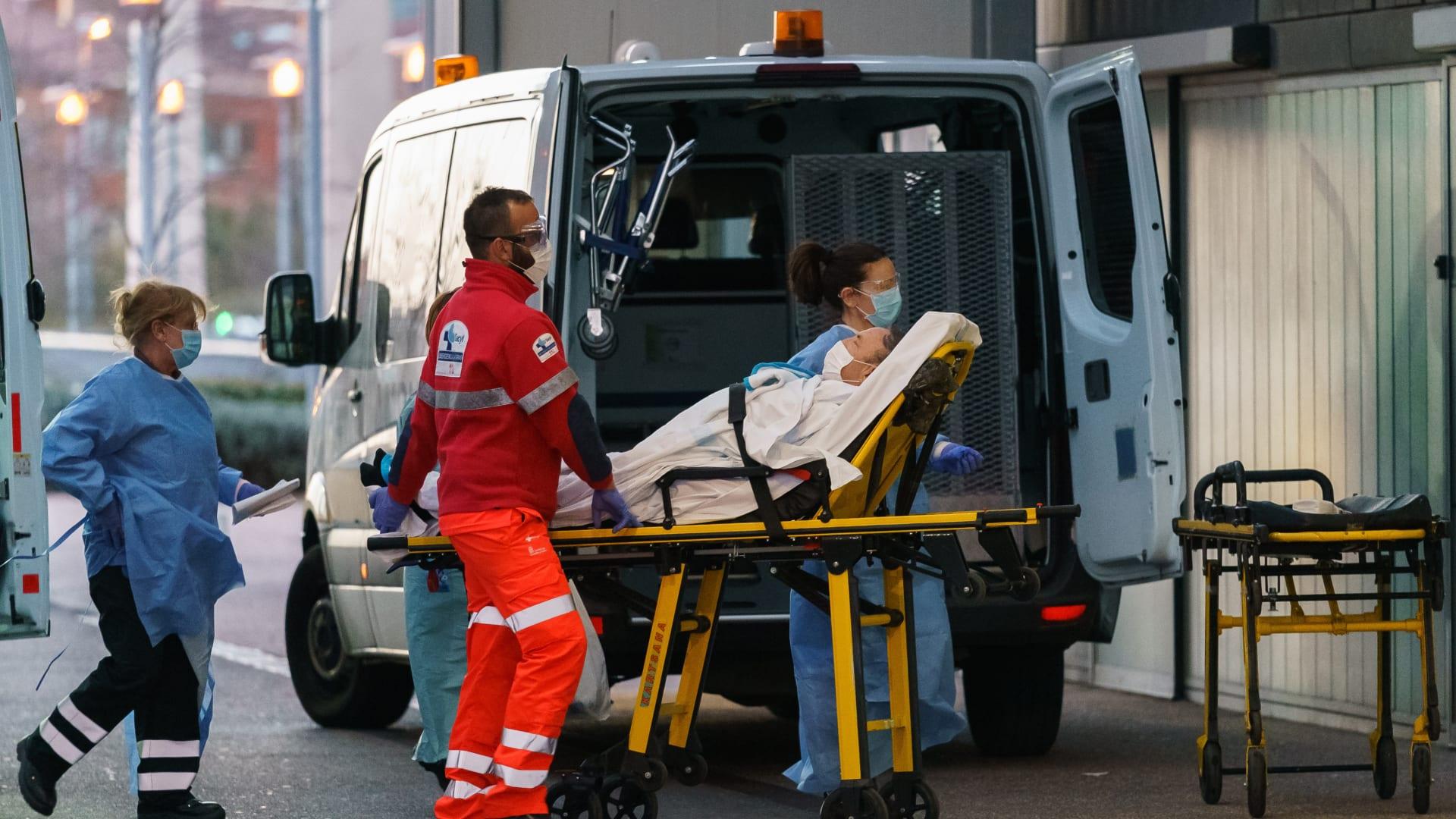 المرضى على الأرض في مستشفى بإسبانيا.. والكادر يستخدم كيس القمامة كثوب طبي
